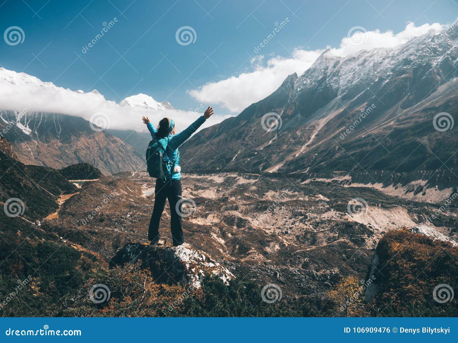 Krajobraz z szczęśliwą dziewczyną, góry, niebieskie niebo z chmurami