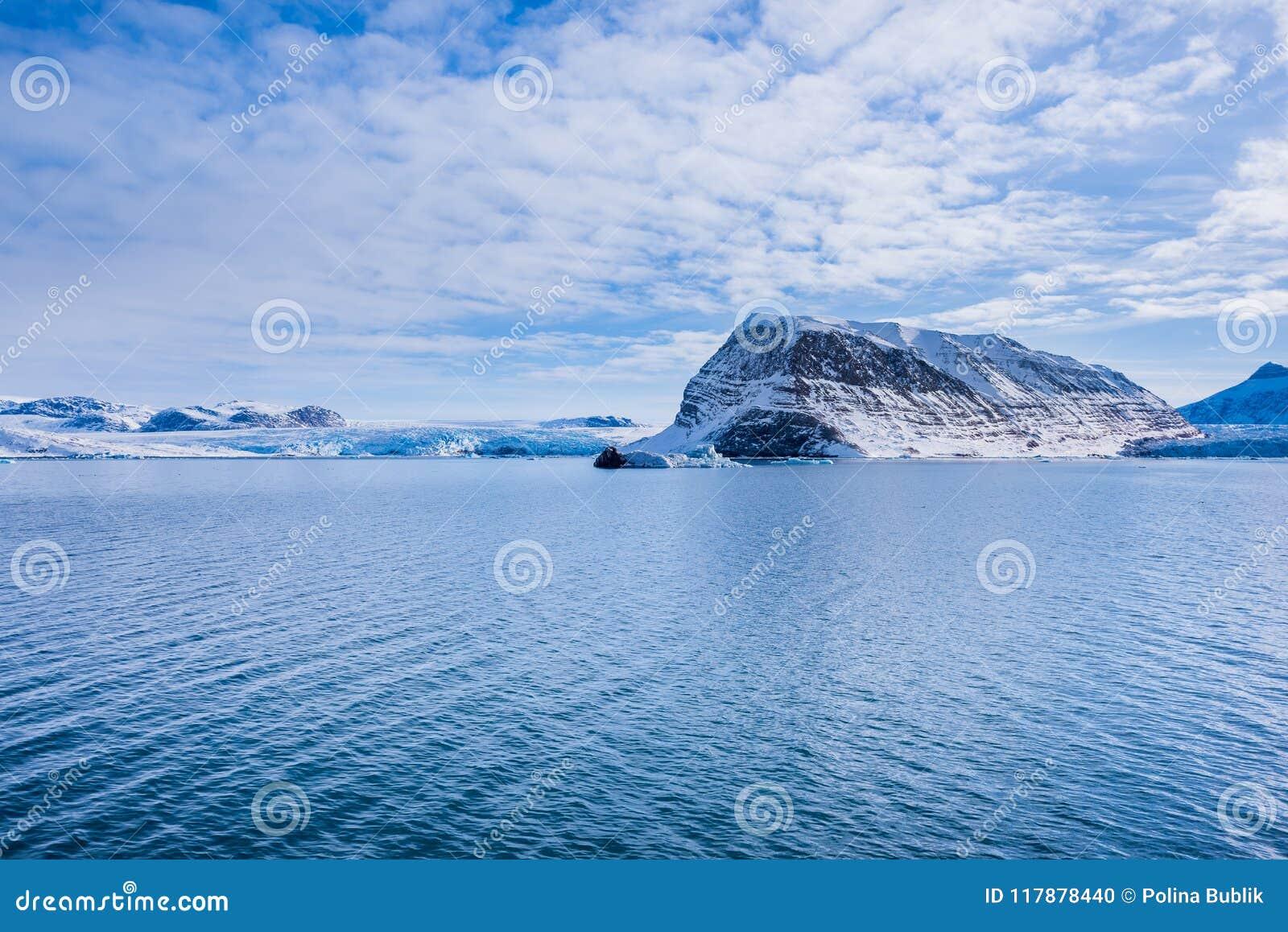 Krajobrazowa natura góry Spitsbergen Longyearbyen Svalbard arktycznego oceanu zimy dnia biegunowy zmierzch