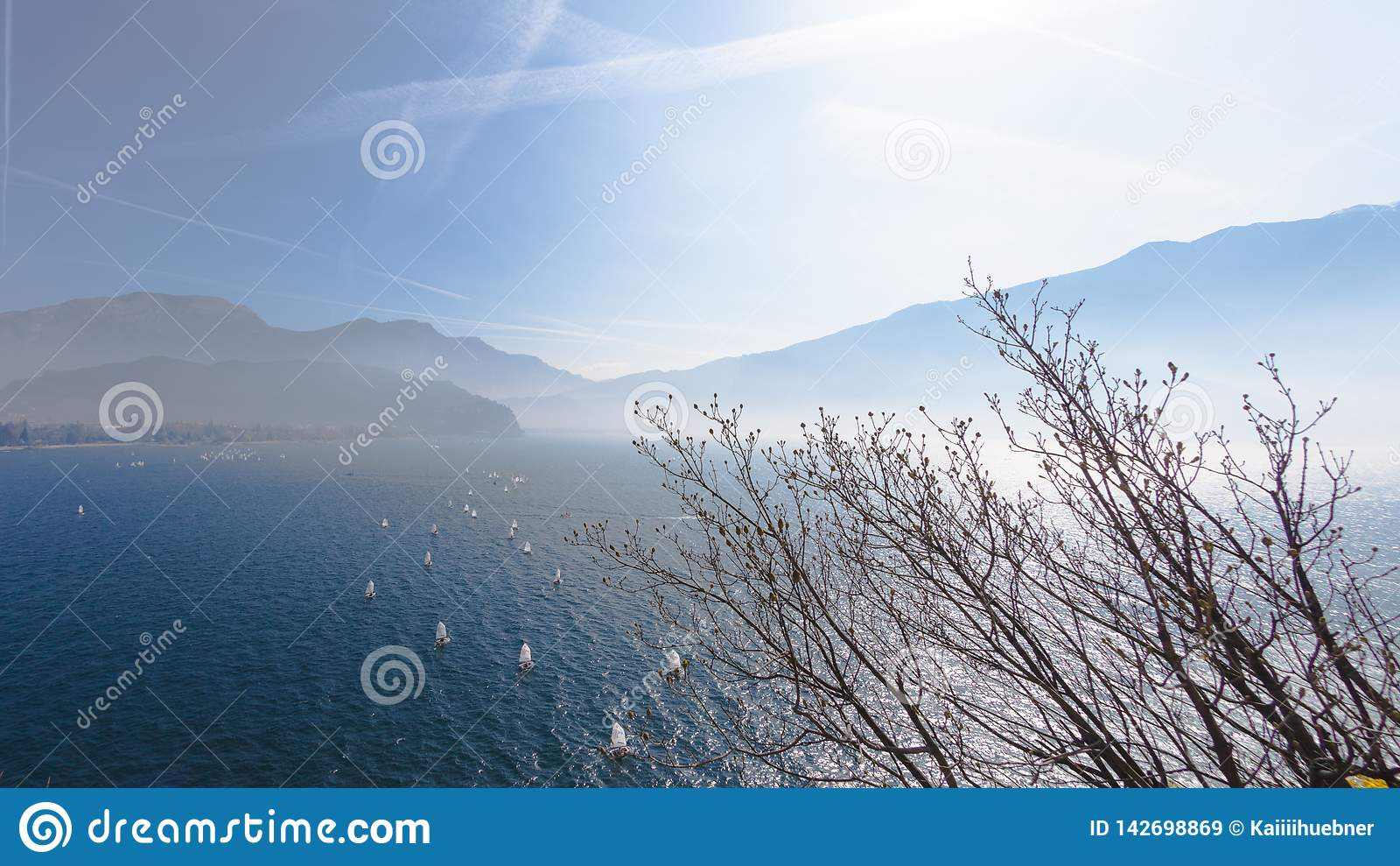 _ Krajobrazowa panorama z jachtu żaglowa statku żeglowaniem jeziorem lub morzem macha w wieczór zmierzchu słońca sunbeams połów