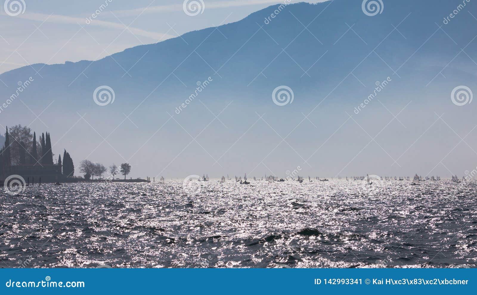 _ Krajobrazowa panorama z jachtu żaglowa statku żeglowaniem jeziorem lub morzem macha w wieczór zmierzchu słońca sunbeams Łowić b