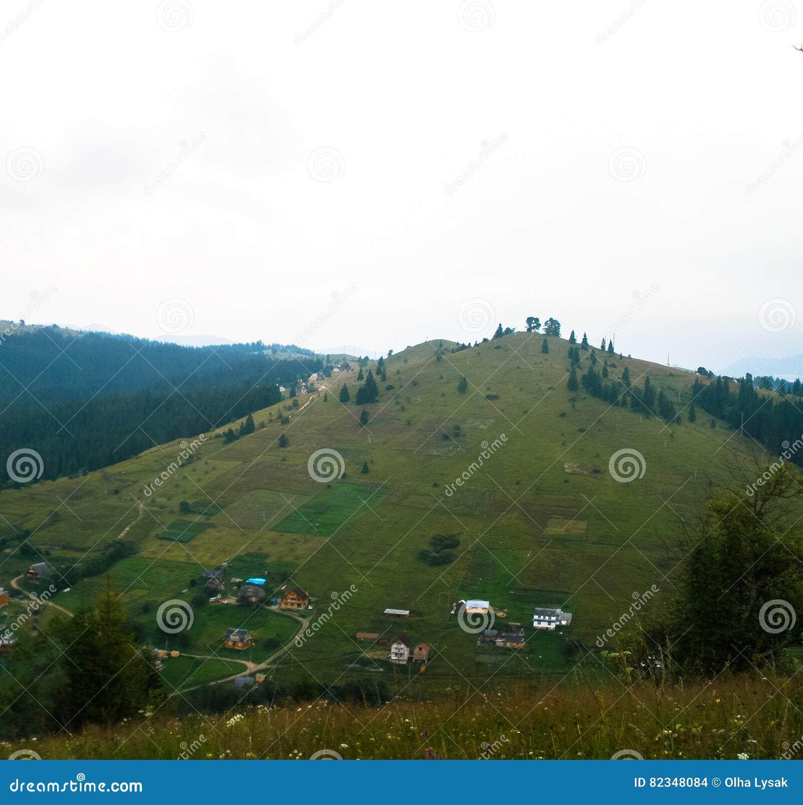 Krajobrazowi Karpackich gór wioski raskinuti wzgórza