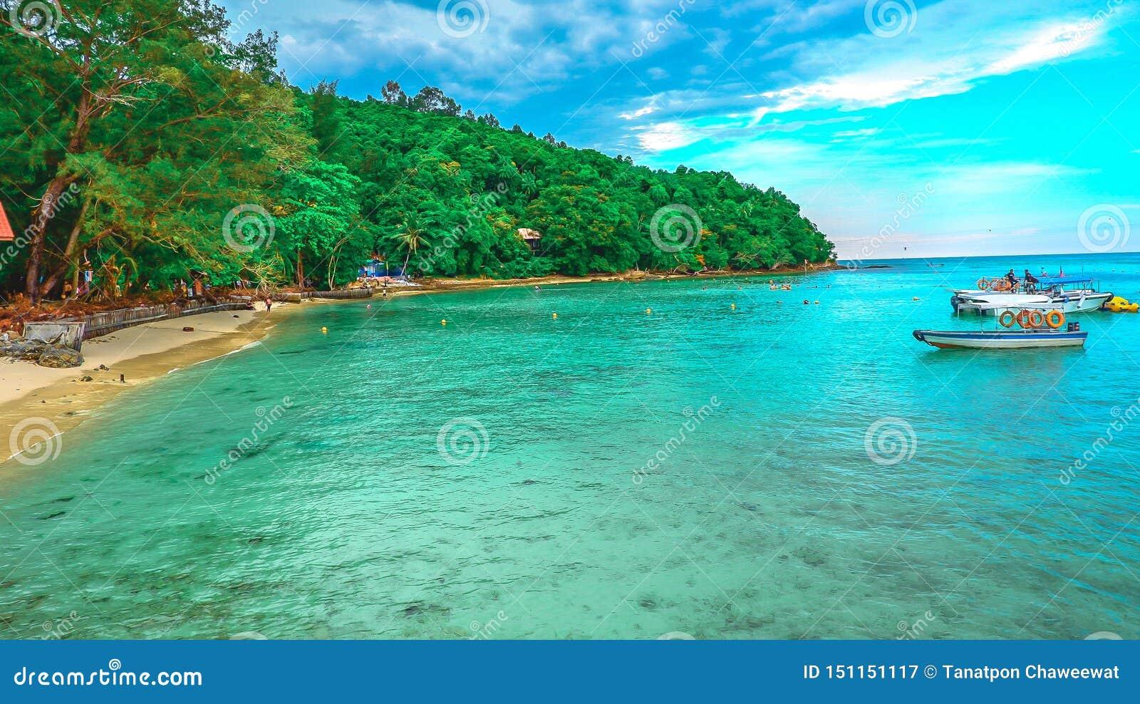Krajobrazowy widok troical plaża w wyspie