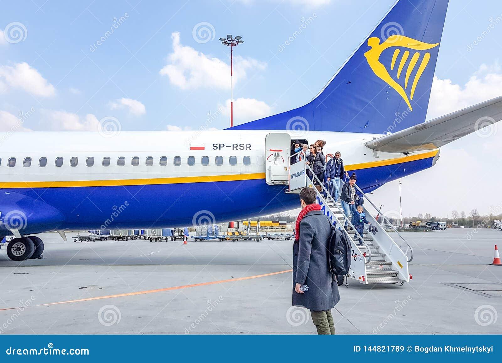 KRAKAU, POLEN - 10. MÄRZ 2019 Passagiere verlassen eine Flugzeuge Rainer