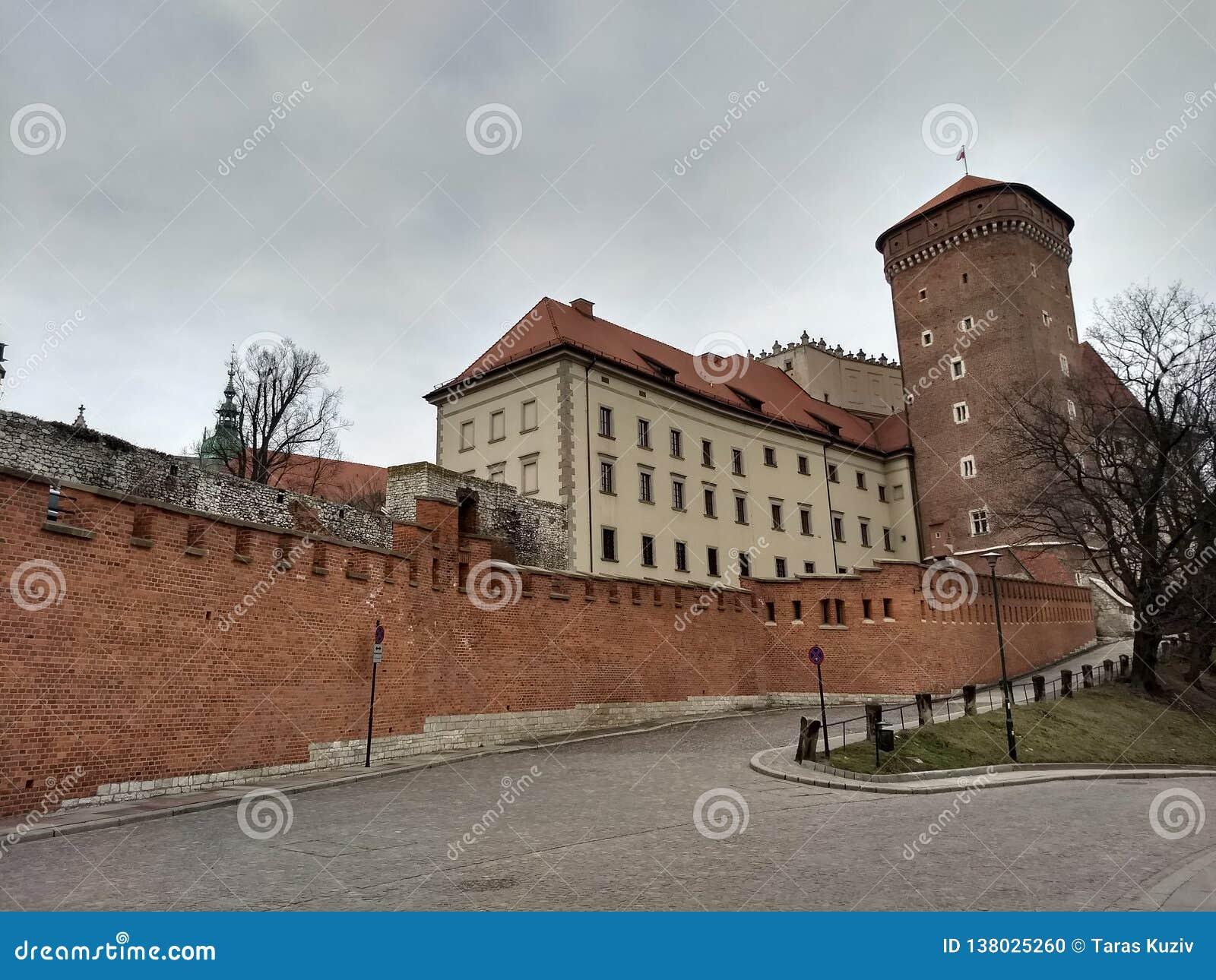 Krakau/Polen - Maart 23 2018: De weg aan het Wawel-kasteel De torens en de muren van het kasteel