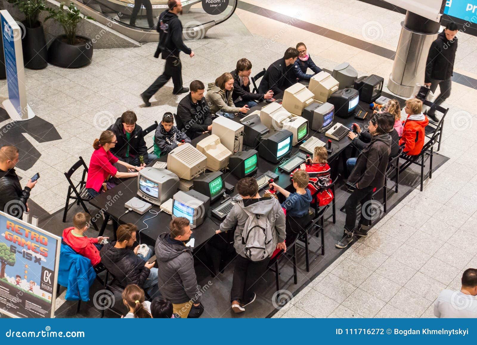 KRAKAU, POLEN, 13 Oktober, 2017 Vele mensen speelt voor oude comput