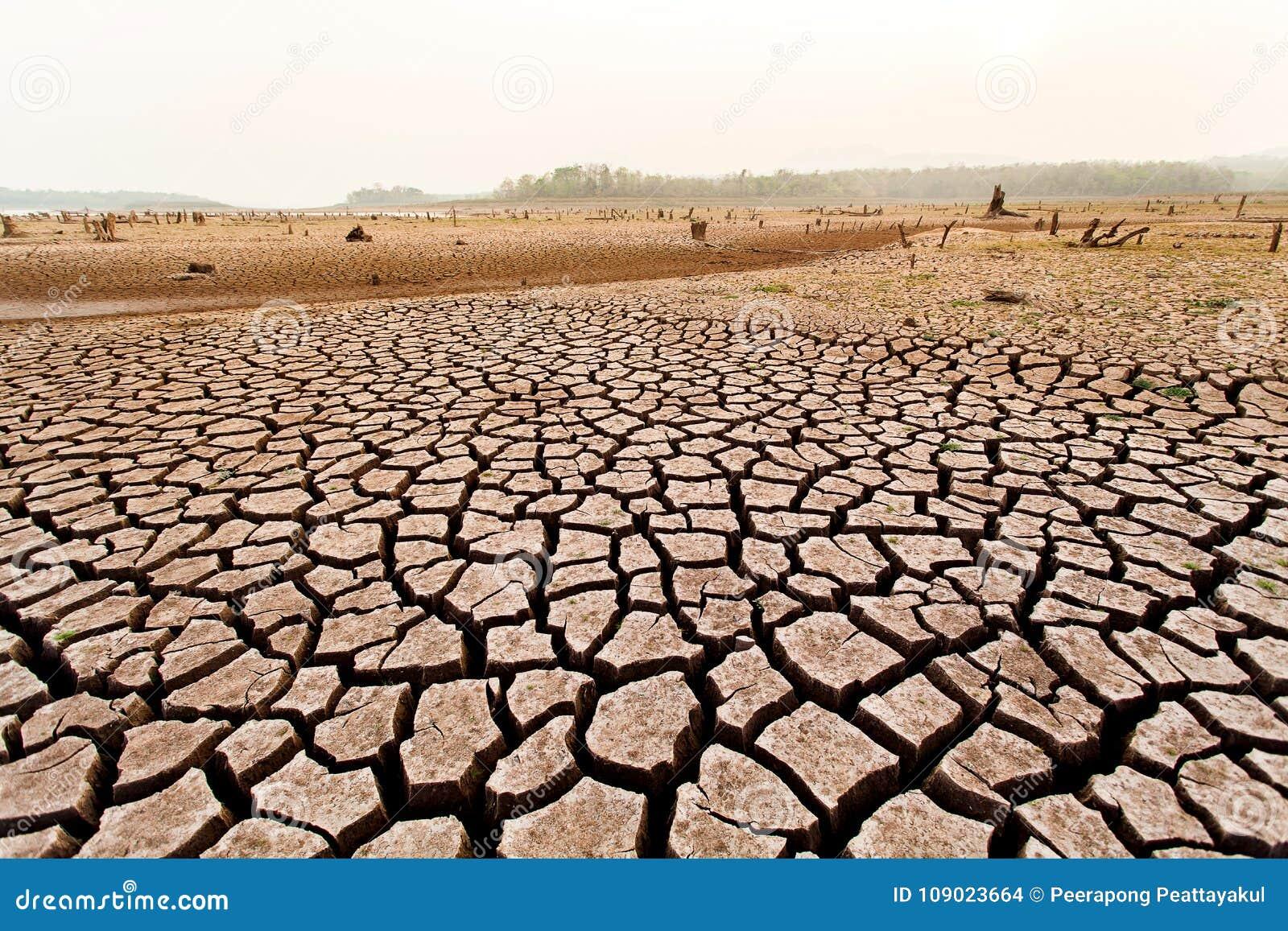Krakingowy suchy ląd bez wody abstrakcyjny tło