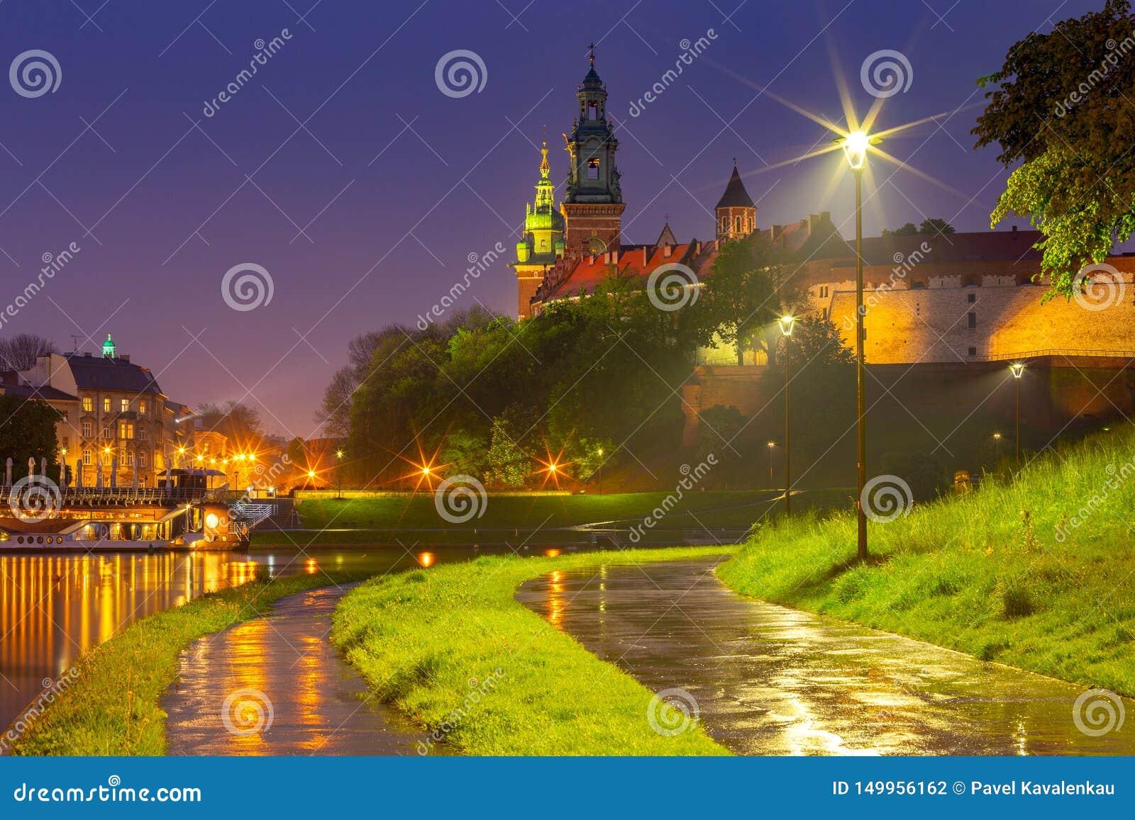 Krakow Fasaden av den berömda Wawel slotten i nattbelysning