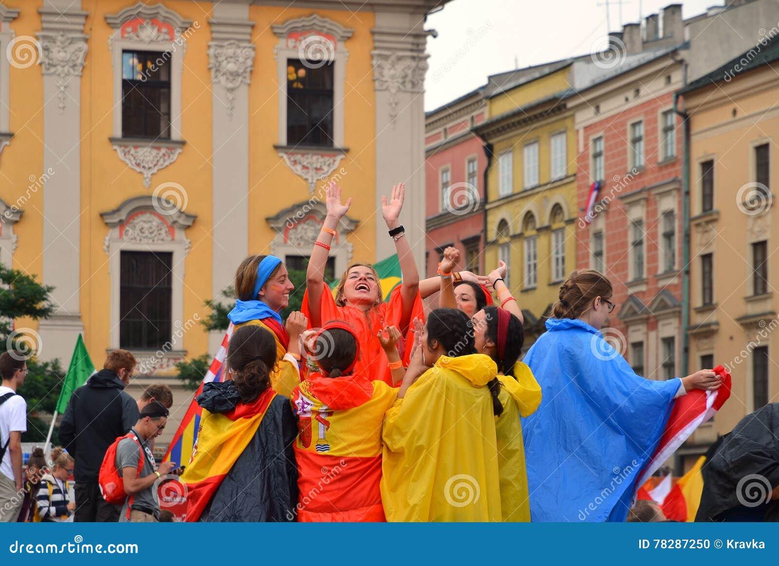 KRAKOW POLEN - JULI 27, 2016: Världsungdomdag 2016 Internationell katolsk ungdomregel Ungdomarpå huvudsaklig fyrkant i Krakow