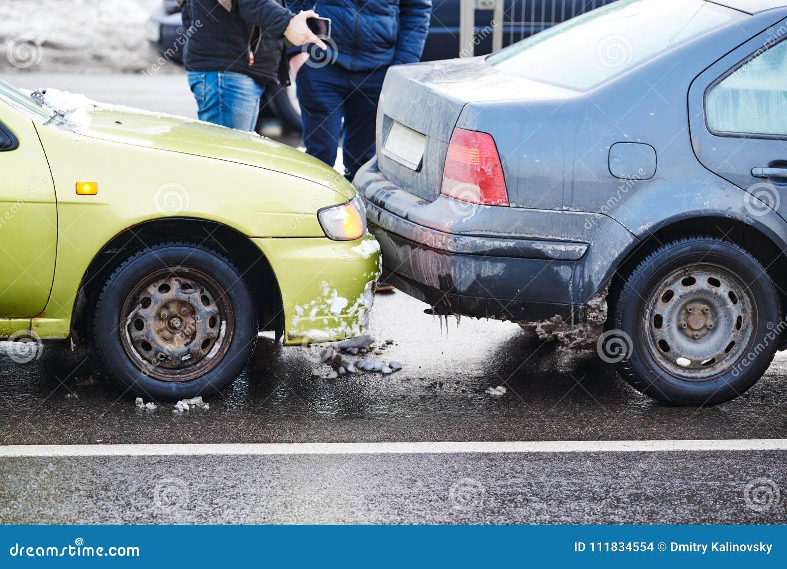 Kraksa samochodowa wypadek na ulicie, uszkadzający samochody po karambolu w mieście