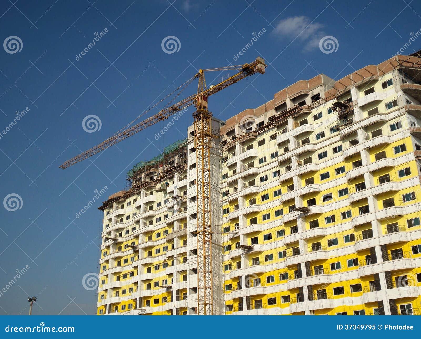Kran och oavslutad byggnad