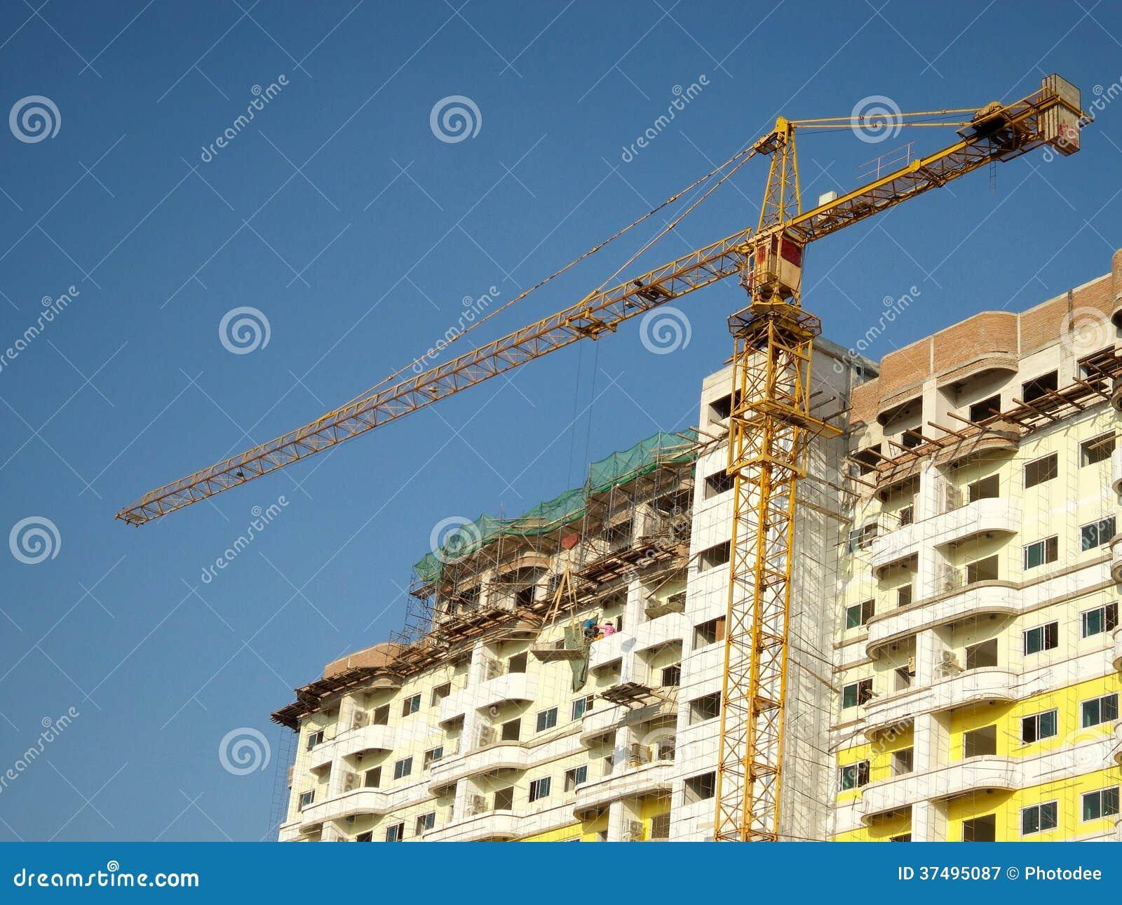 Kran und unfertiges Gebäude
