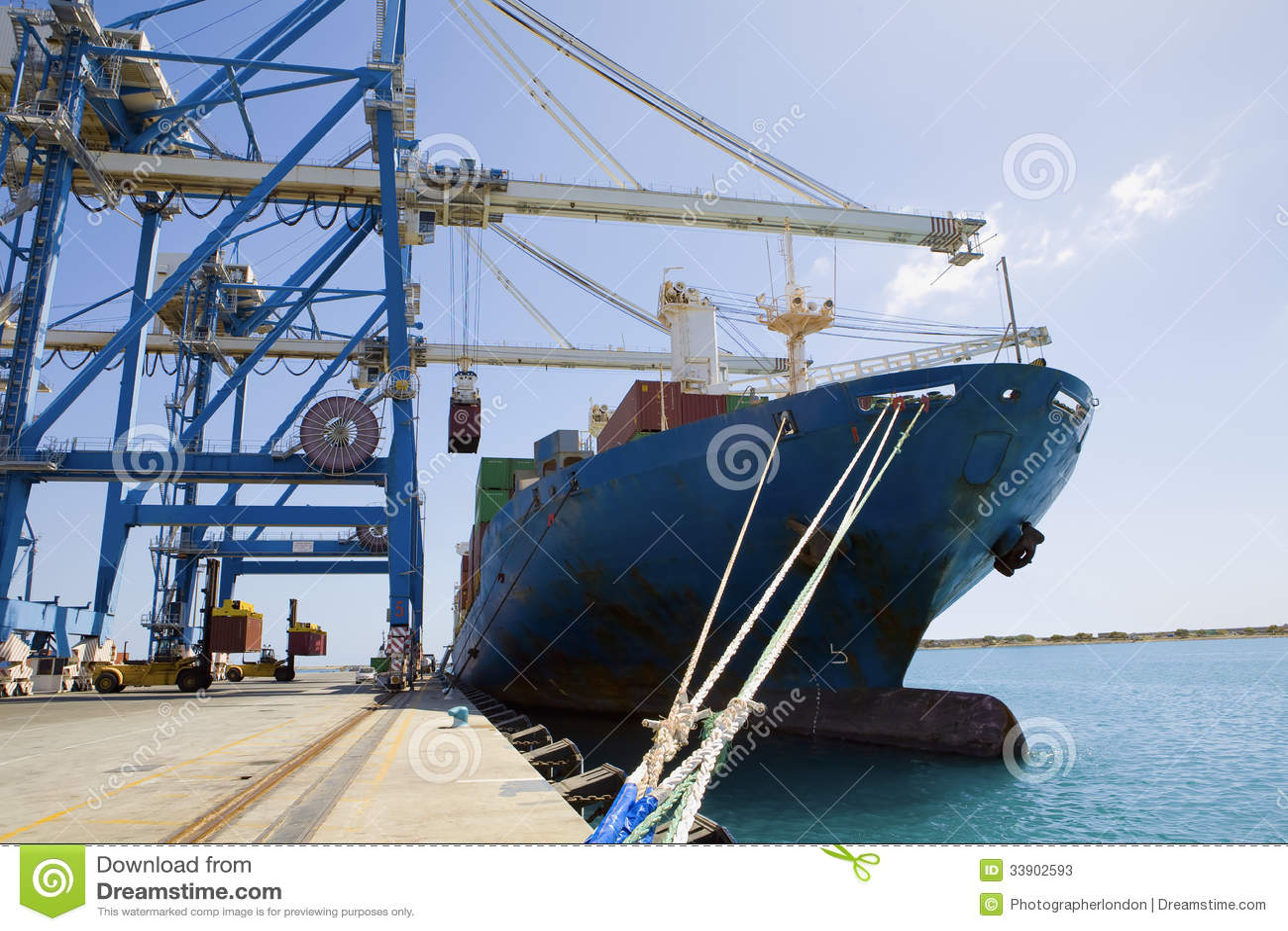 Kranar vid lastbehållare i skepp