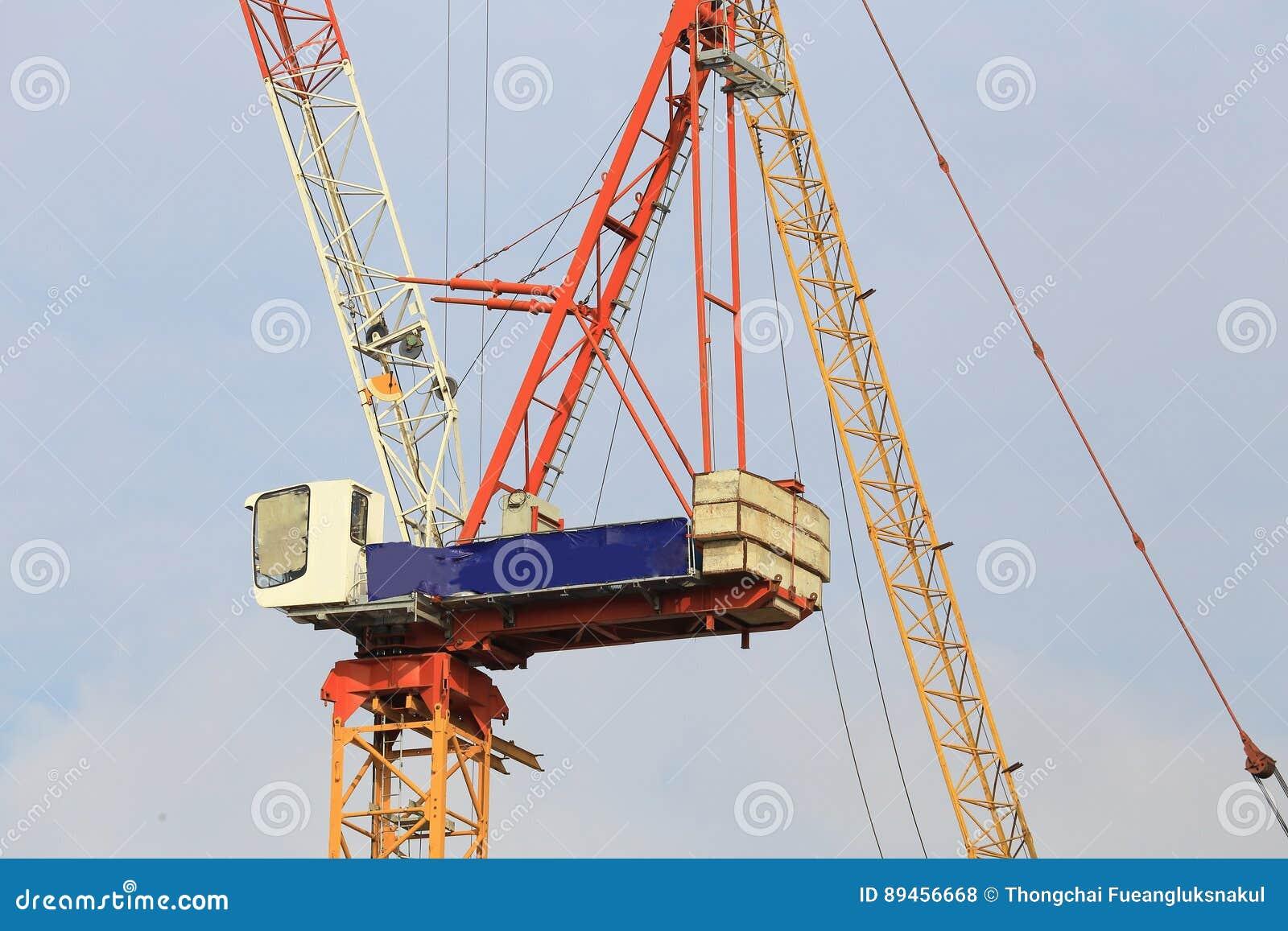 Kranen in bouwwerf met blauwe hemel