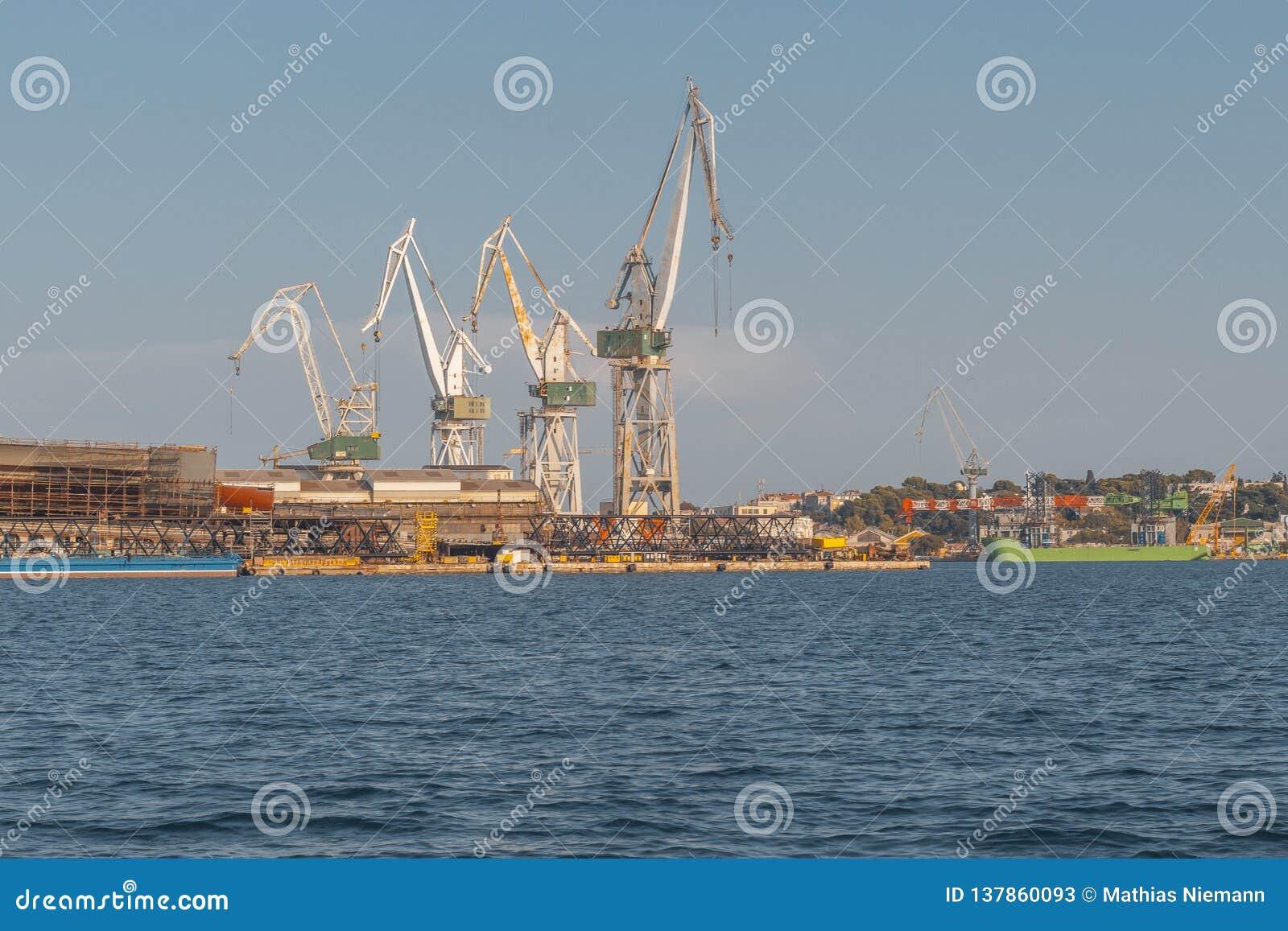 Kranen in de haven van Pula