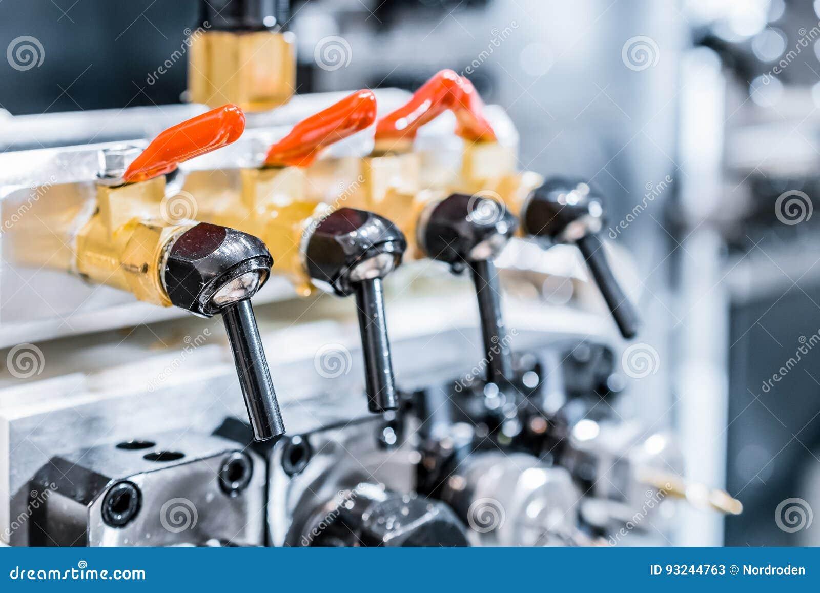 Kranen en apparaten om koelmiddel aan het scherpe hulpmiddel te leveren