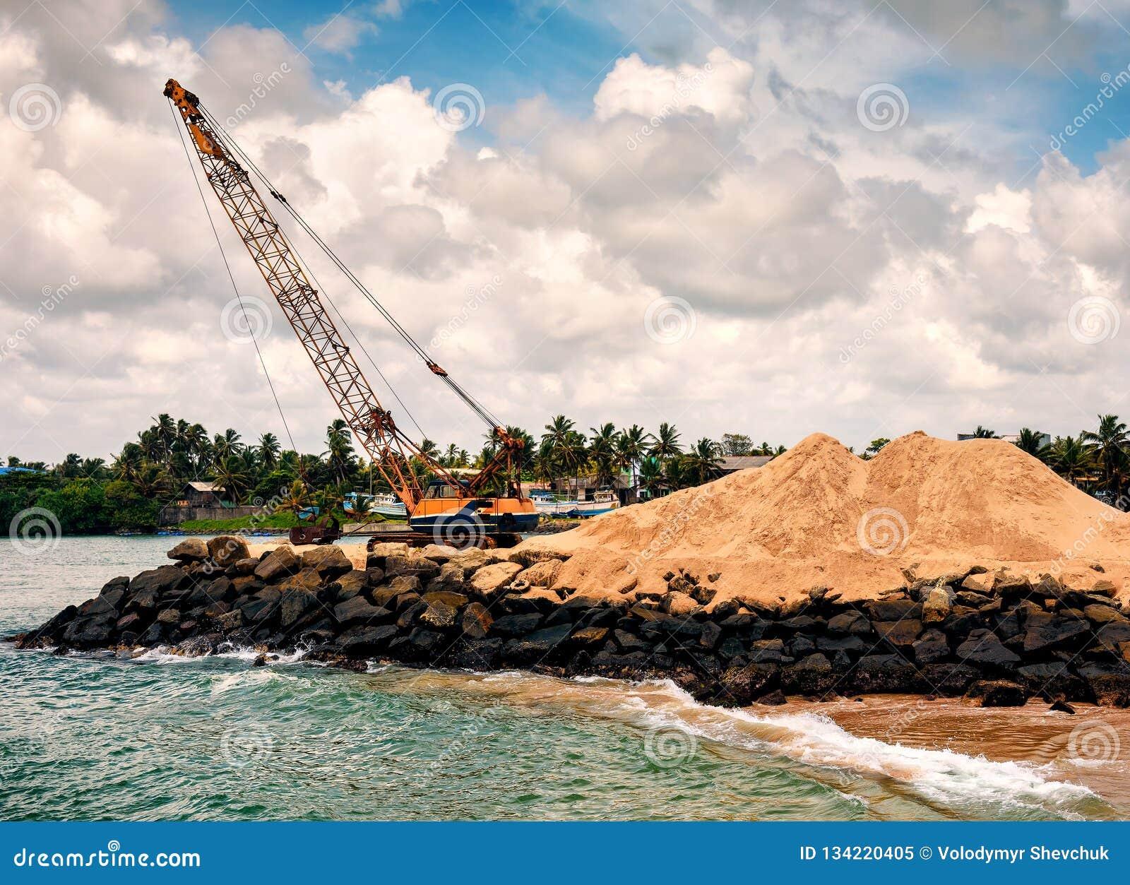 Kranen tar sand från havet