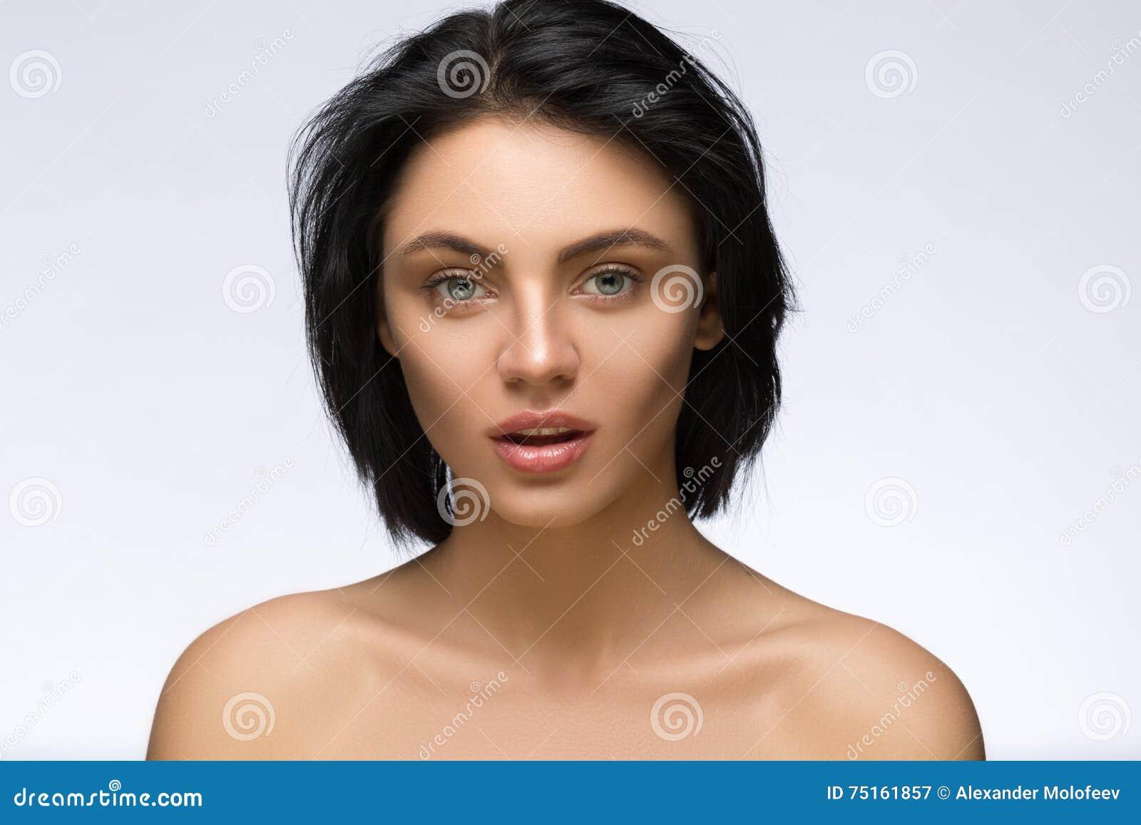 Kraniec Moda modela dziewczyna Z Modną fryzurą ostrzyżenia Elegancka piękno brunetki kobiety twarz pięknie się głos