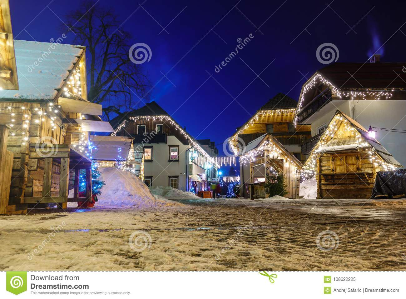 Kranjska Gora Christmas Decorated Square, alpin by vid natt