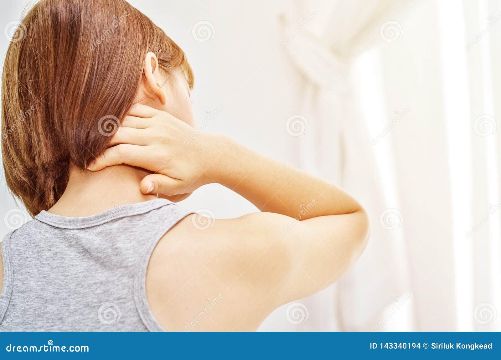 Kranke Frau mit den Schmerz