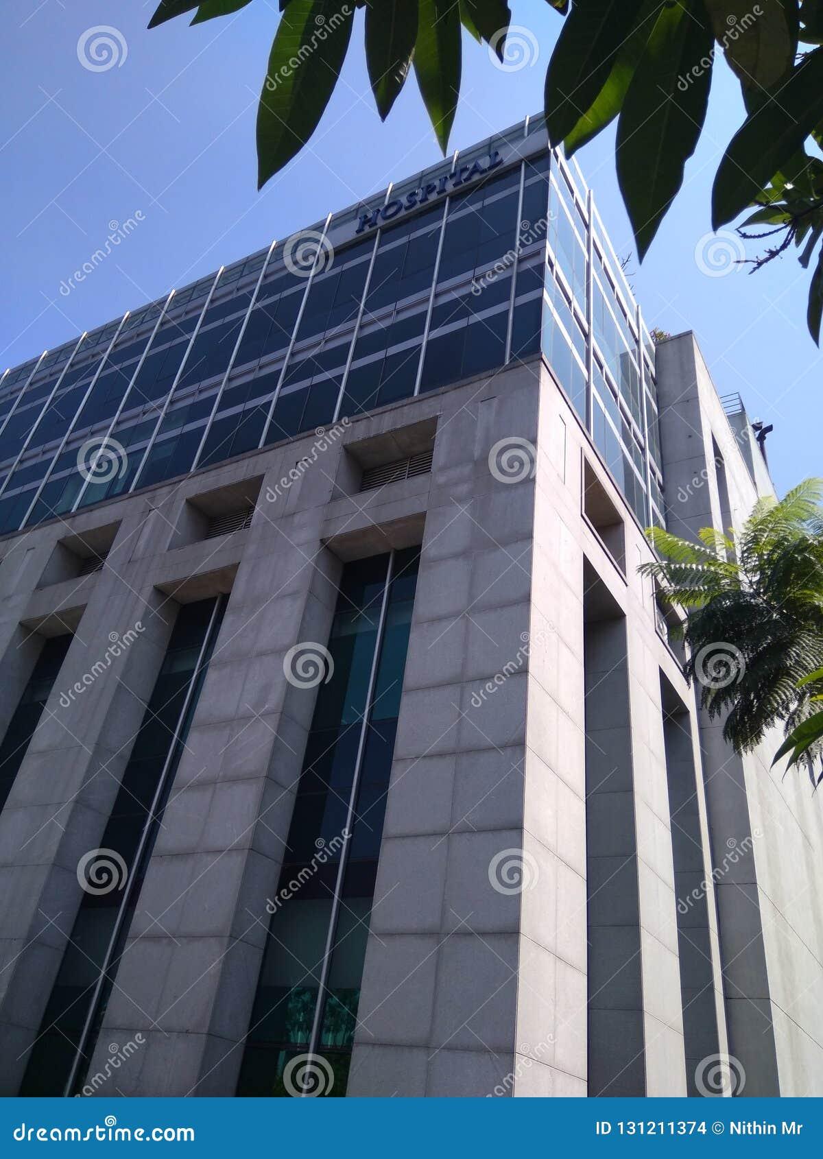 Krankenhausgebäude mit modernen architektonischen Gestaltungen
