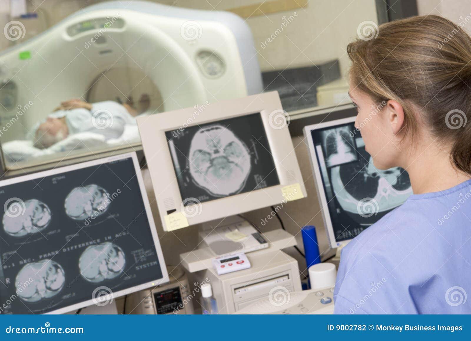 Krankenschwester-Überwachung-Patient, der CAT-Scan hat