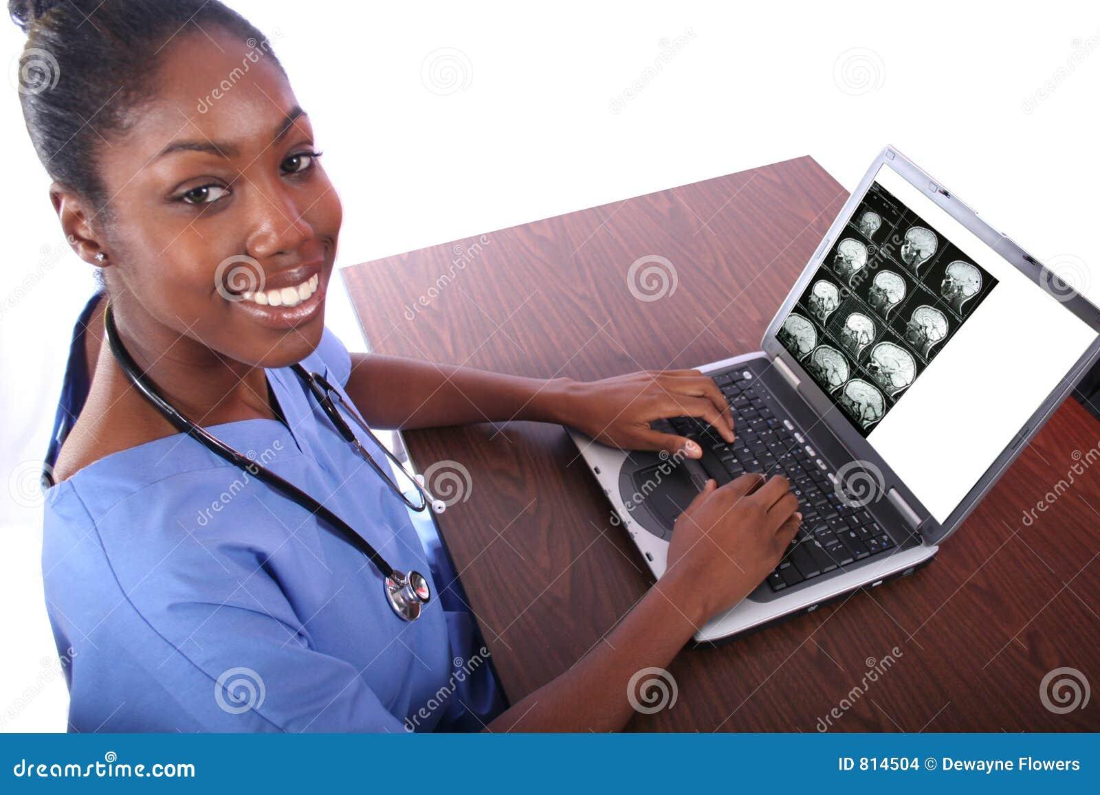 Krankenschwester, die Computer verwendet