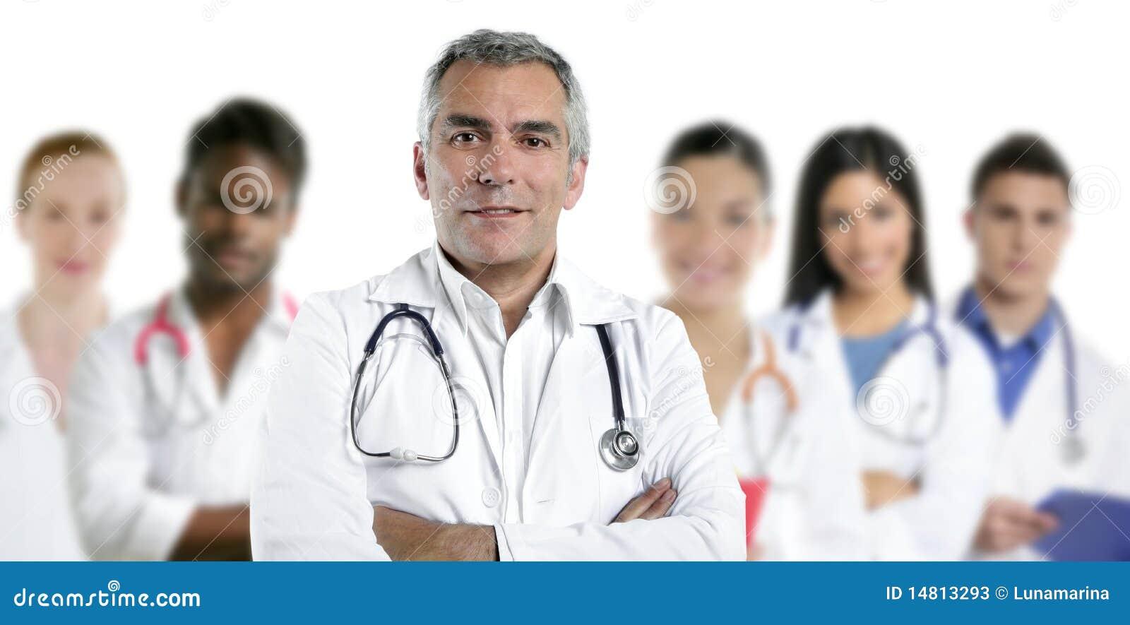 Krankenschwester-Teamreihe des Sachkenntnisdoktors gemischtrassige