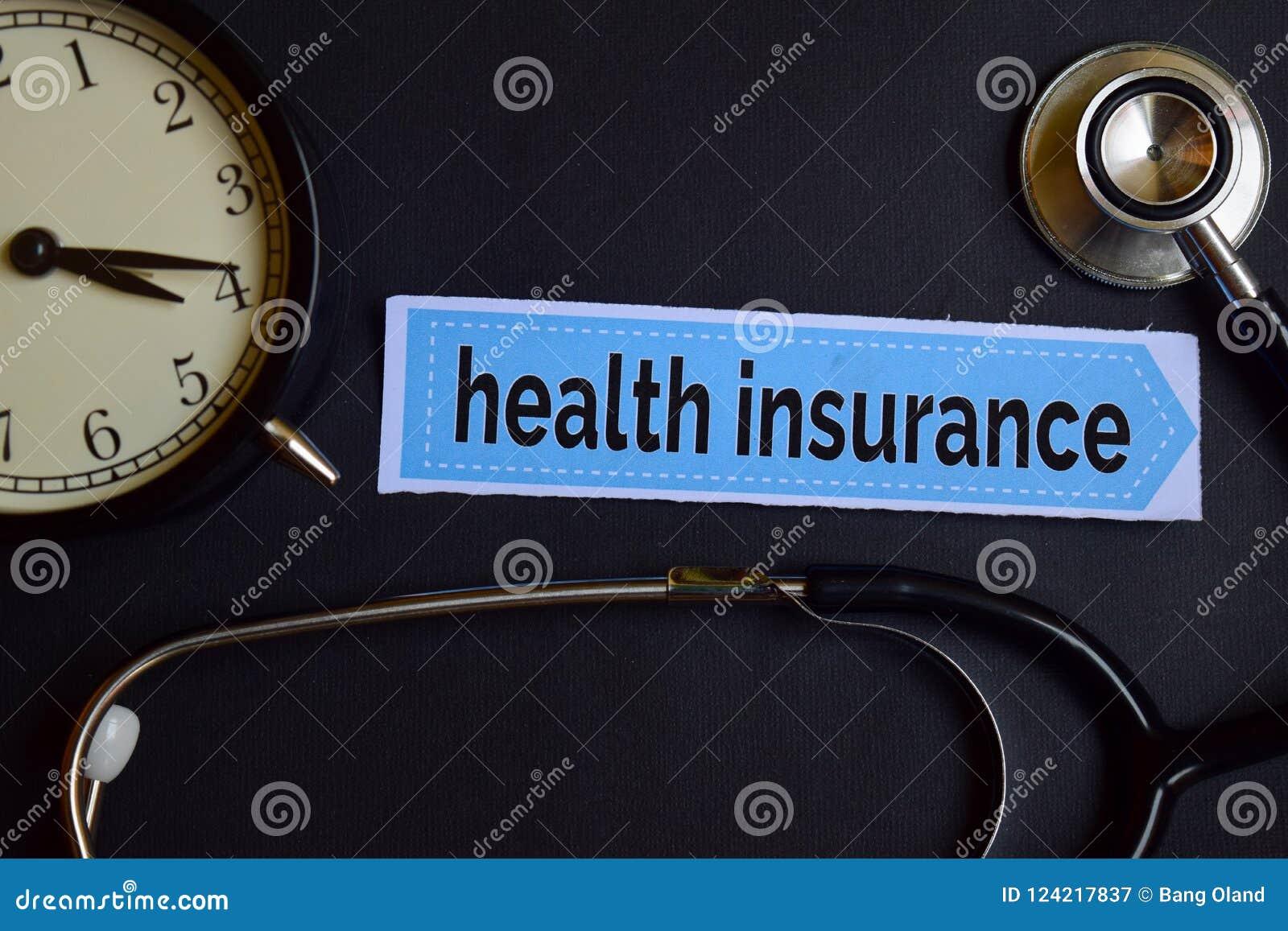 Krankenversicherung auf dem Druckpapier mit Gesundheitswesen-Konzept-Inspiration Wecker, schwarzes Stethoskop