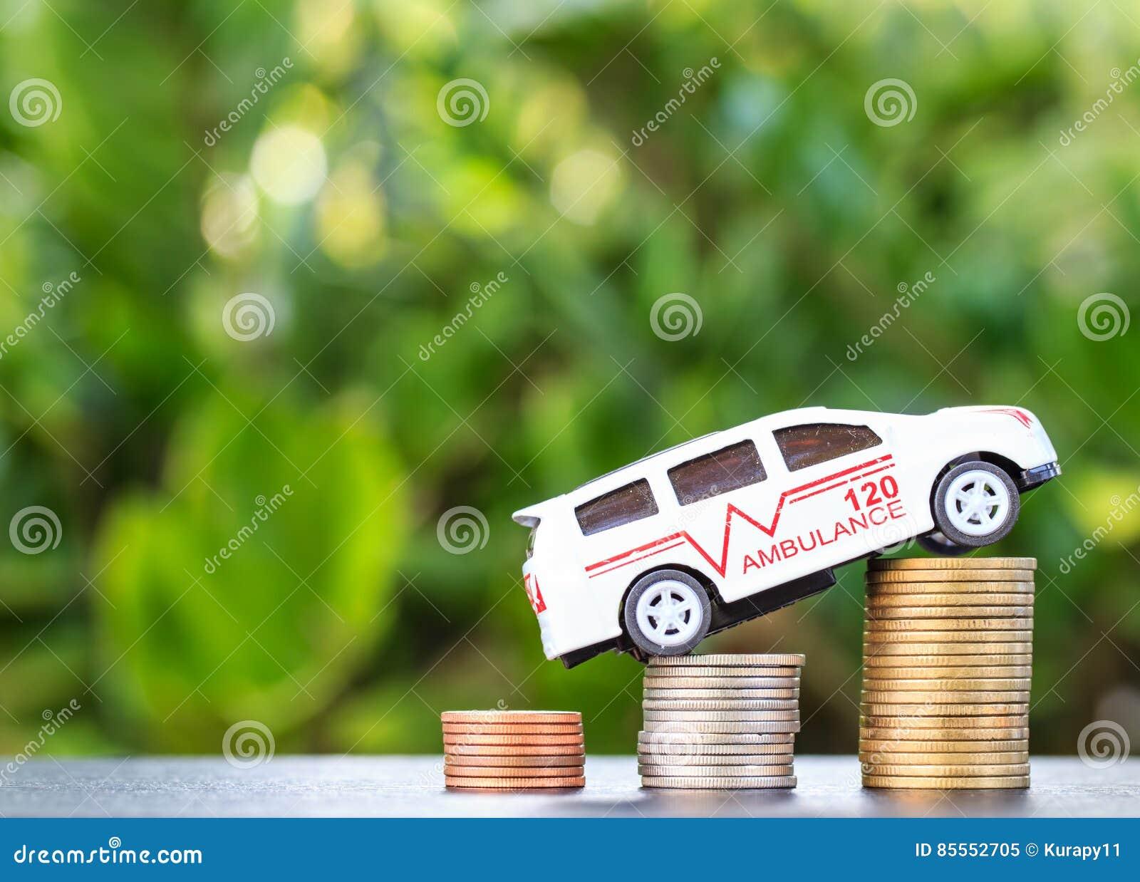 Krankenwagen auf Münze auf hölzernem Hintergrund