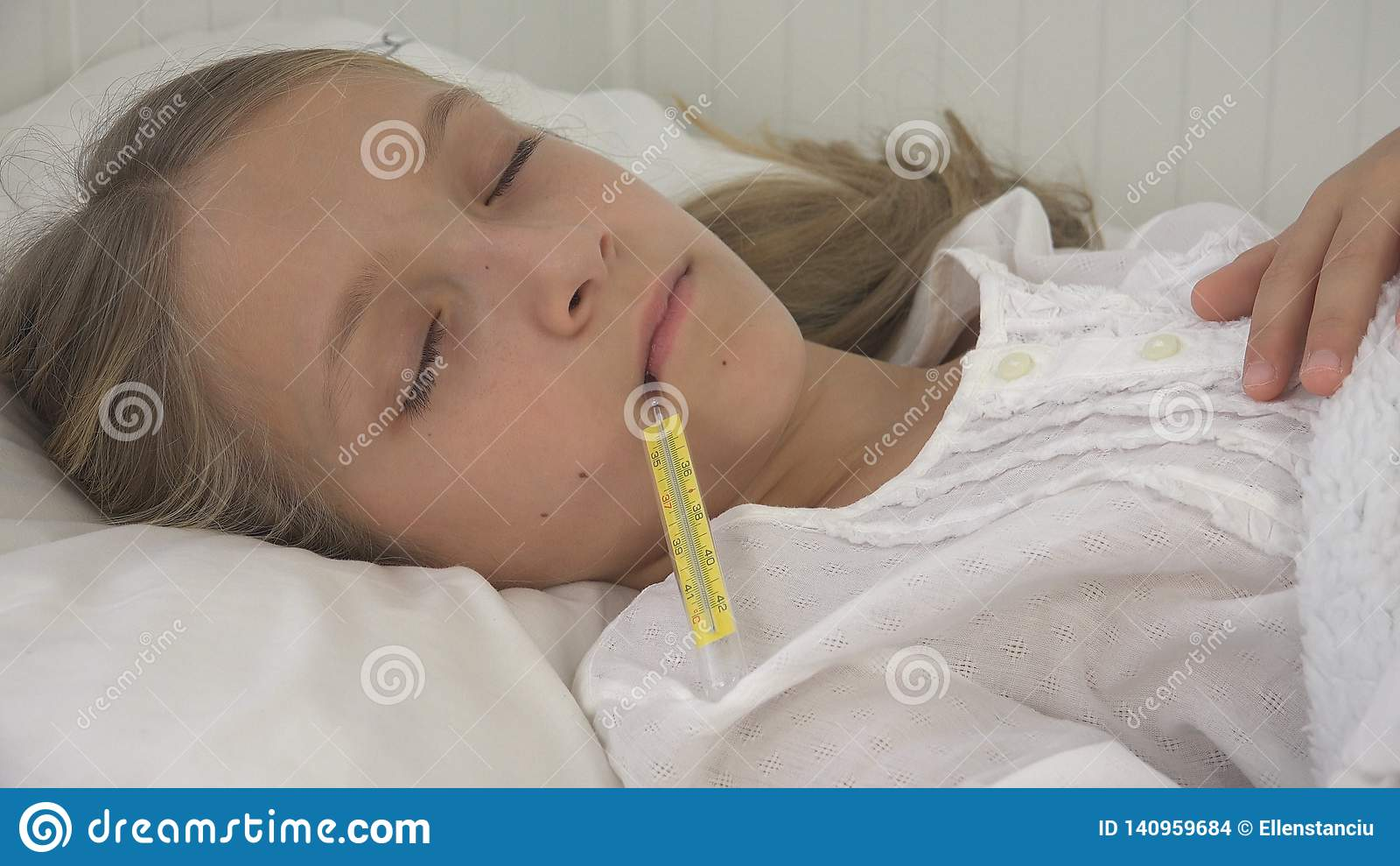 Krankes Kind im Bett, krankes Kind mit Thermometer, Mädchen im Krankenhaus, Pillen-Medizin
