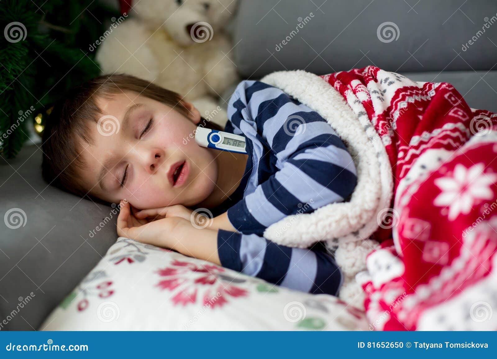 Schlafendes Kind Mit Fieber Wecken