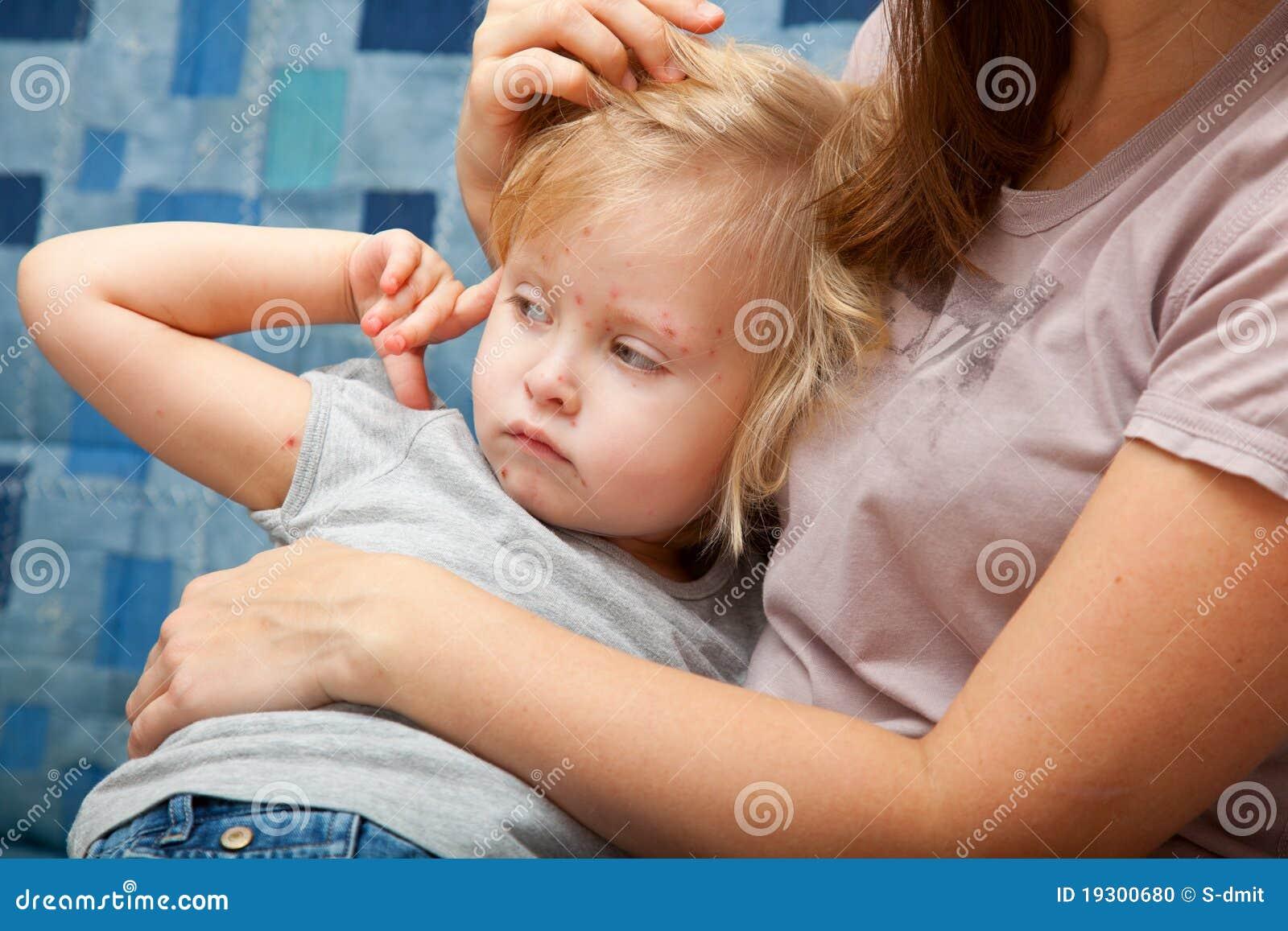 Krankes Mädchen in den Armen ihrer Mutter
