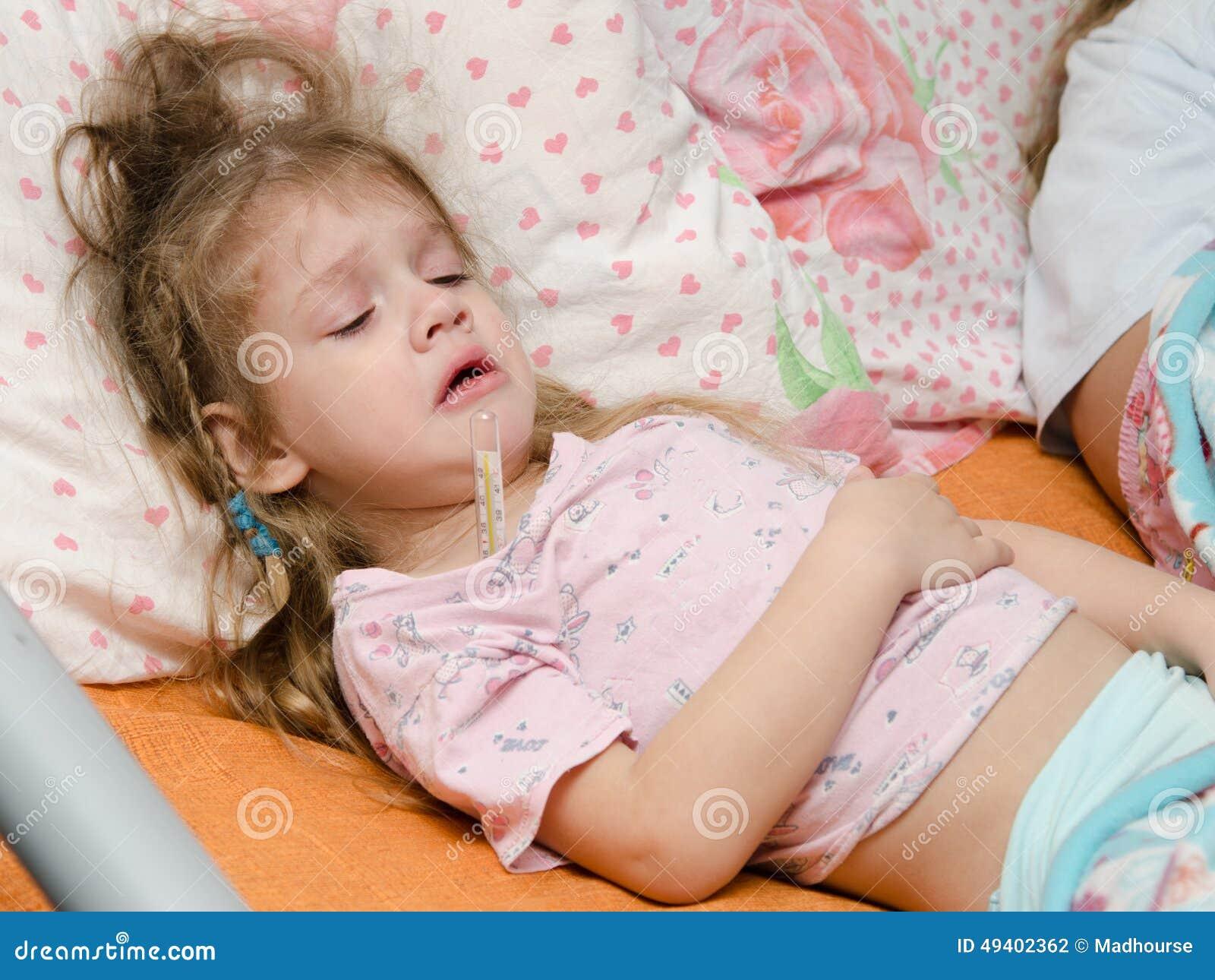 Download Krankes Mädchen Mit Drei Jährigen, Das Unter Hoher Temperatur Leidet Stockfoto - Bild von bett, patient: 49402362