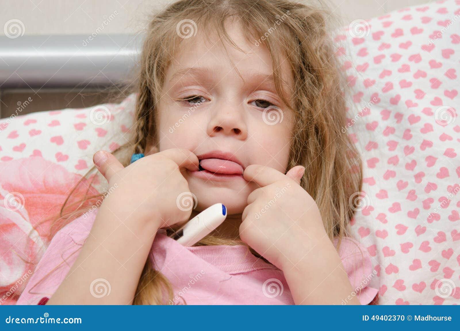 Download Krankes Mädchen Mit Drei Jährigen, Das Zunge Zeigt Stockfoto - Bild von bett, falsch: 49402370