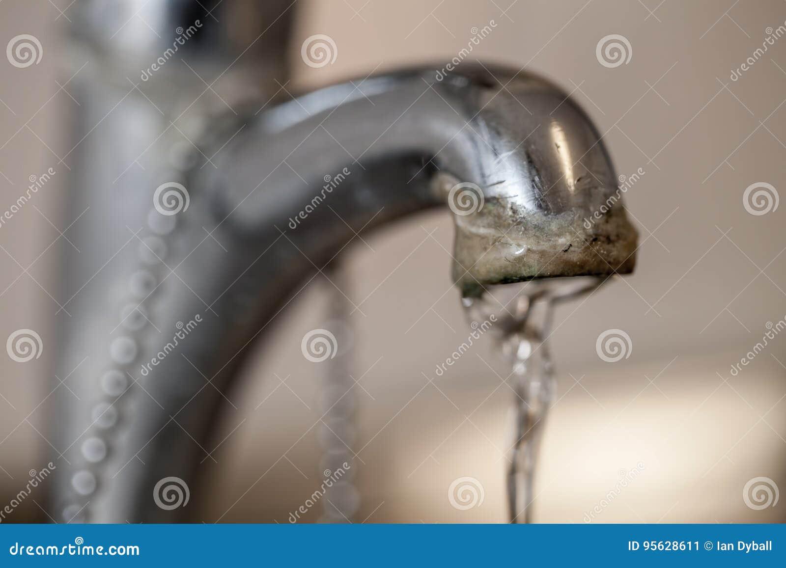Kranowy limescale Selekcyjna ostrość na ciężkiej wody depozycie ru