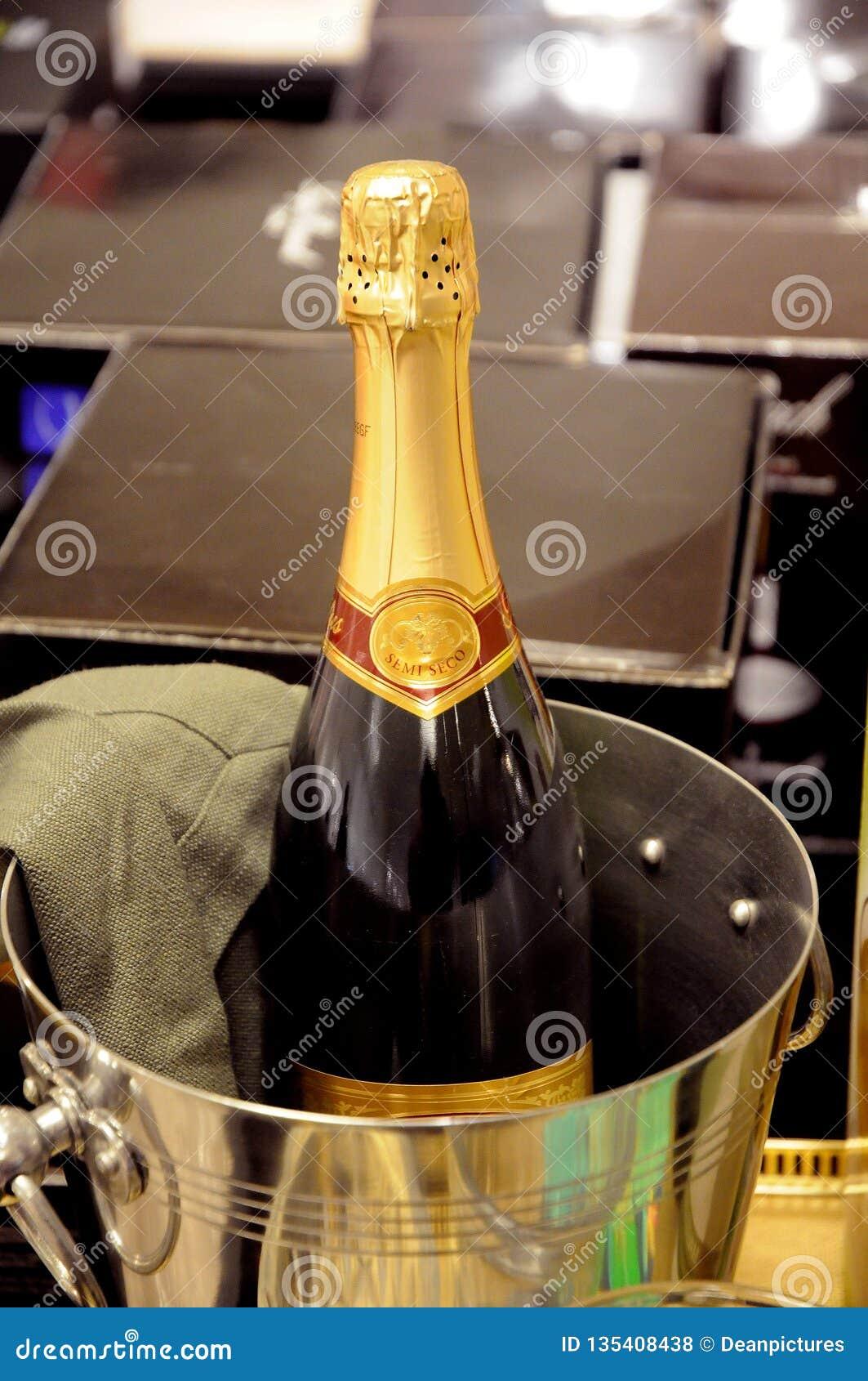 Kranskage ed esposizione del champagne per la vendita del nuovo anno