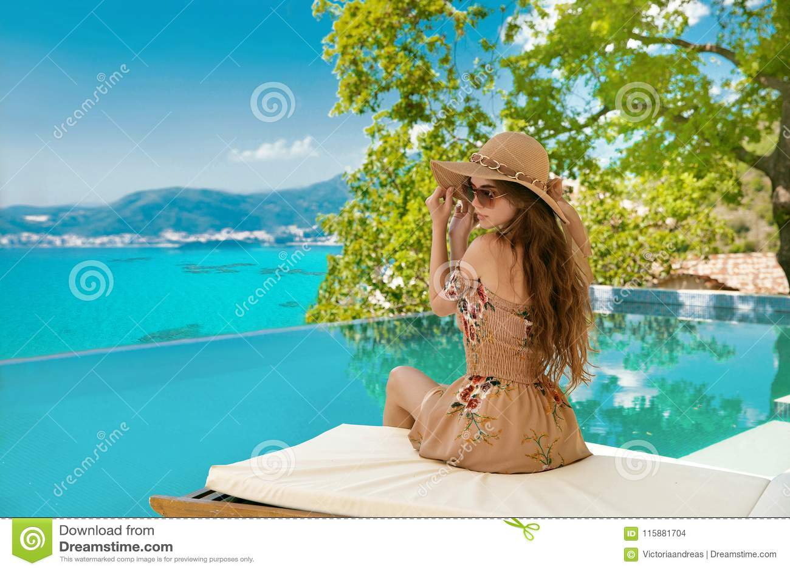 Krasnodar διακοπές θερινών εδαφών katya Όμορφη γυναίκα στο καπέλο παραλιών που απολαμβάνει τη θέα θάλασσας