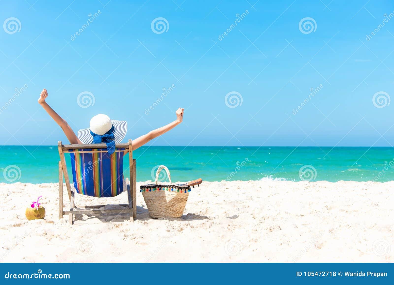 Krasnodar Gegend, Katya Schöne junge asiatische Frau entspannend und glücklich auf Strandstuhl mit Cocktailkokosnusssaft