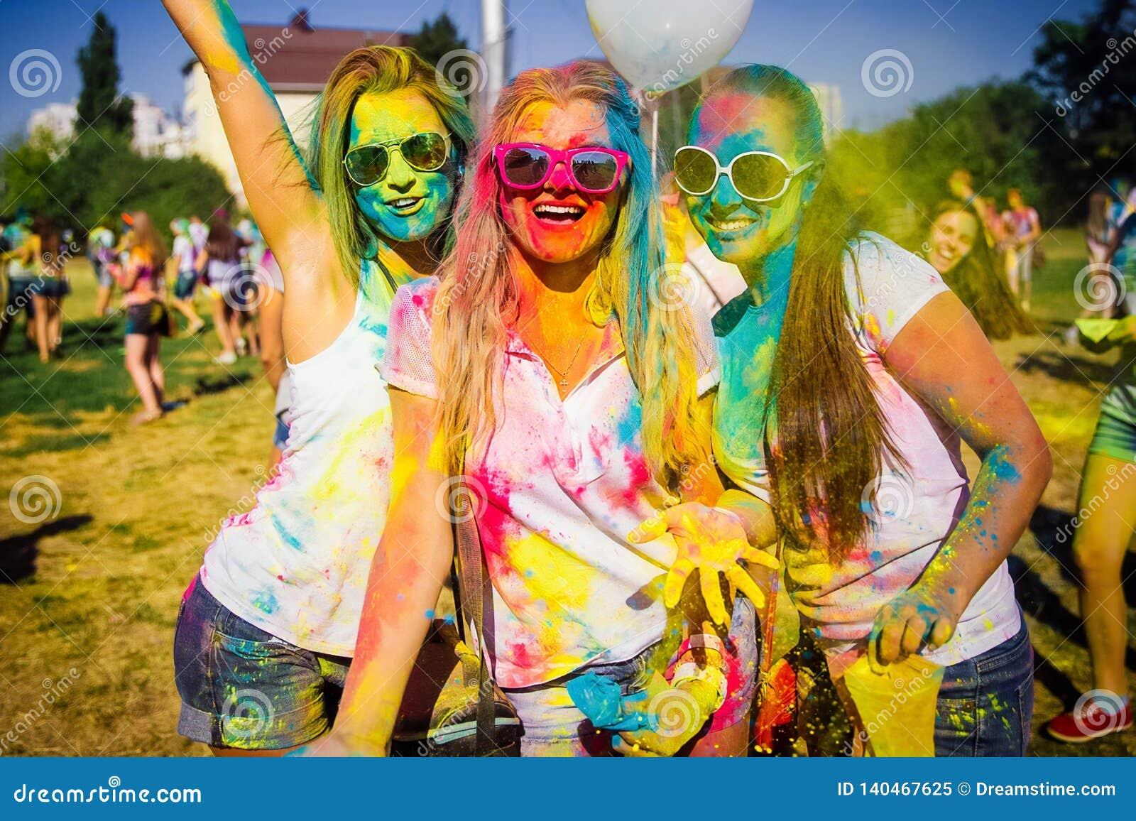 KRASNODAR KRASNODAR-REGION, RYSSLAND 04 05 2018:: En grupp av unga flickor på den Holi festivalen av färger i Ryssland