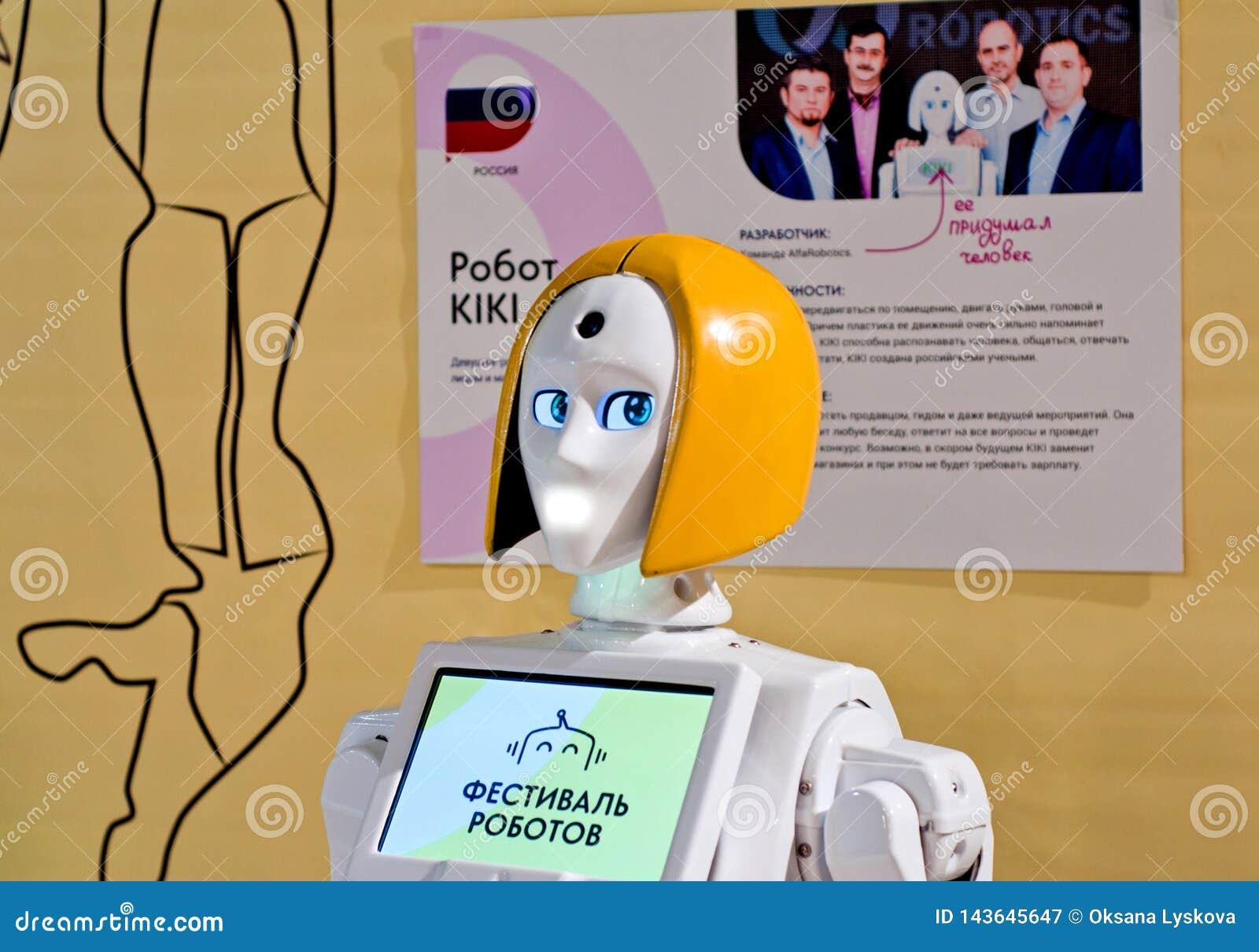 Krasnodar, Rosja, Marzec, 2019: festiwal roboty Kiki Mobilnego robota Interaktywny organizator