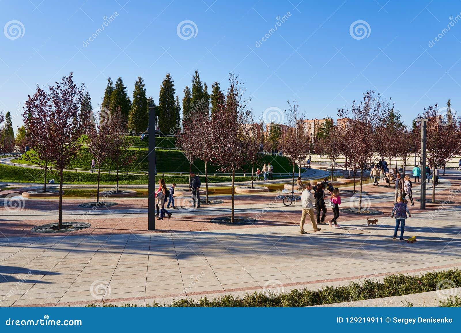 Krasnodar, Rusia - 7 de octubre de 2018: Las familias con los niños caminan en el parque Krasnodar o Galitsky en un día soleado d