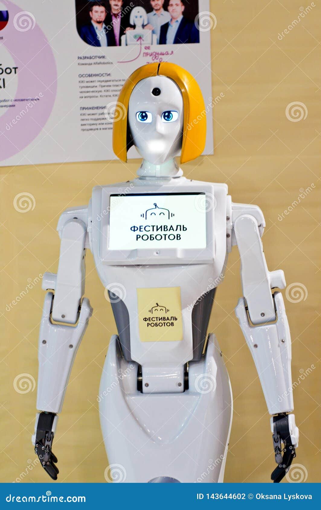Krasnodar, Rusia, marzo de 2019: festival de robots Kiki Interactive Mobile Robot Promoter