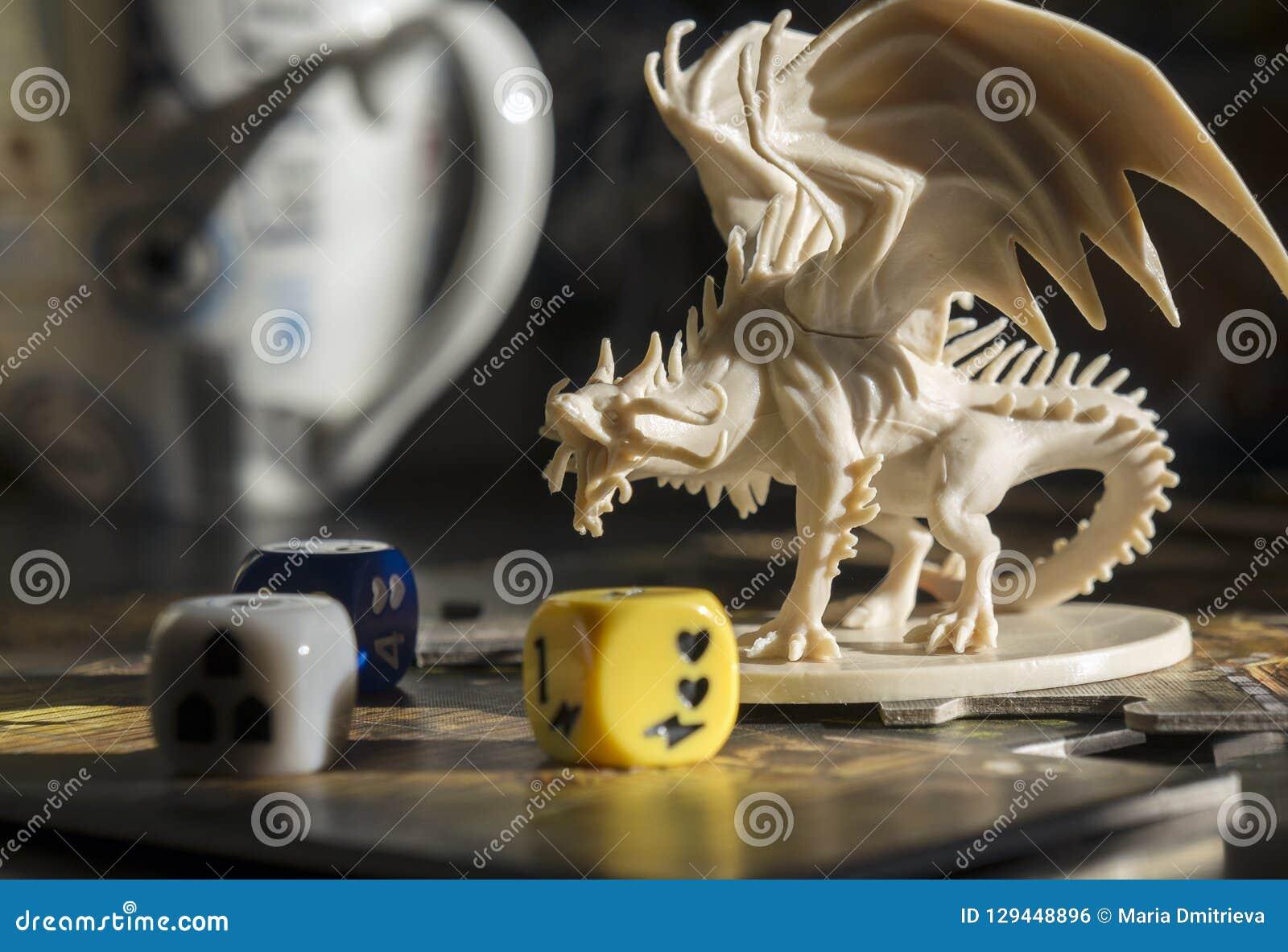 """Krasnodar/Ryssland †""""Oktober 17, 2018: Spela fängelsehålor och drakar, dndroll som spelar leken Diagramet av draken, tärnar, rp"""