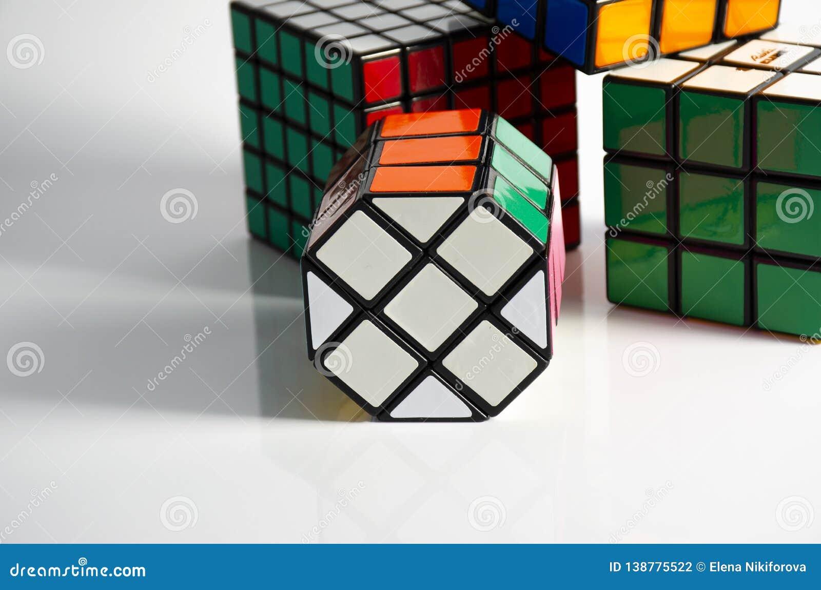 Krasnogorsk, Rússia - em fevereiro de 2019: O cubo 5x5 e 3x3 de Rubik recolhido em um fundo claro