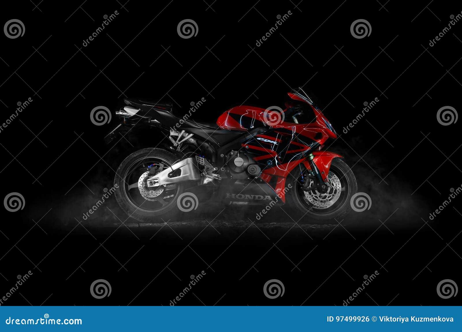 KRASNOJARSK, RUSSIA - 12 LUGLIO 2017: Sportbike rosso e nero Hon
