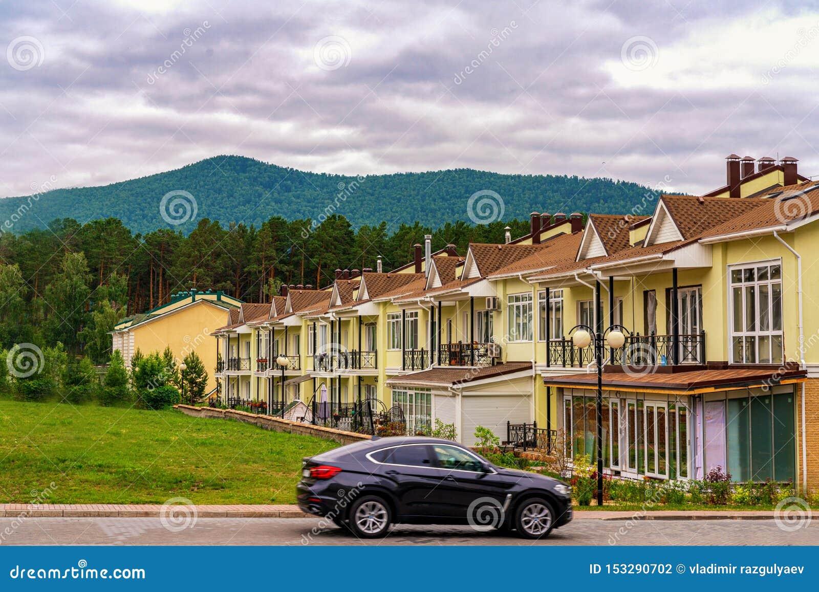 Krasnoyarsk, Rosja, 14 2019 jule: Rząd właśnie skończeni nowi żółci domy miejscy Mieszkaniowa wioska przy stopą