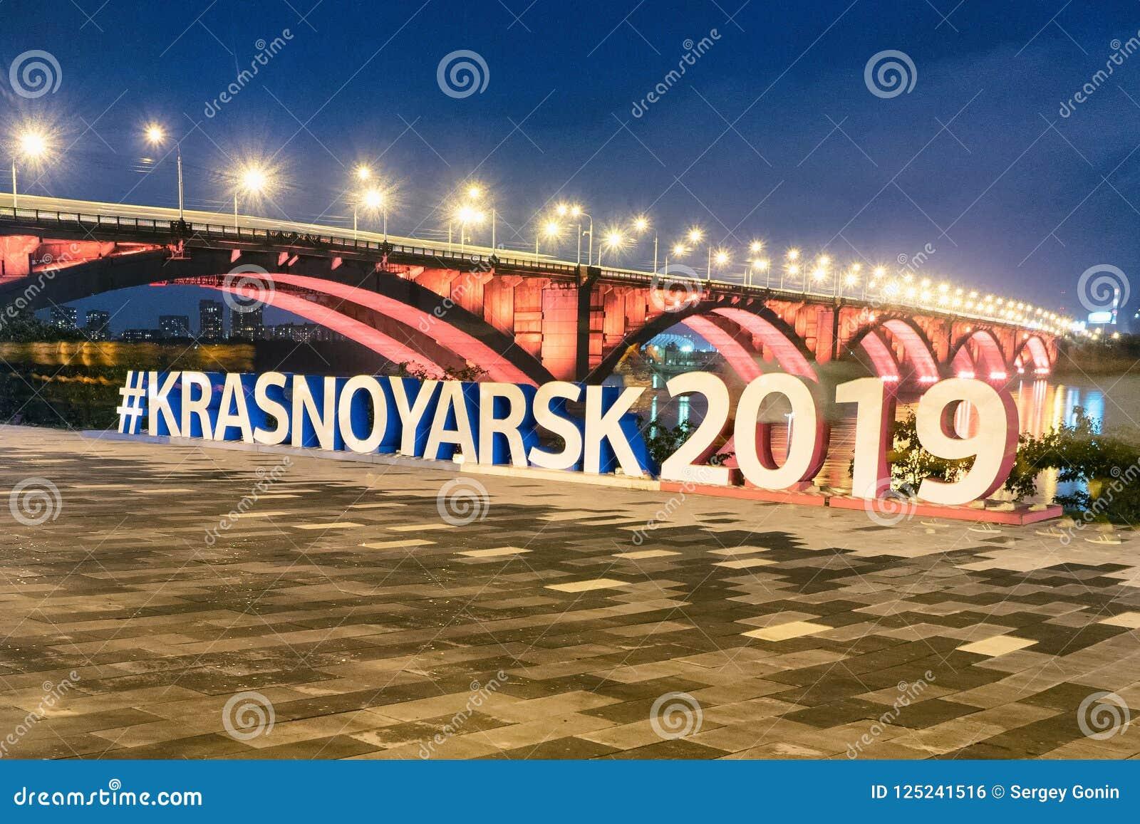 Krasnoyarsk, Rusia 2 de septiembre de 2018: terraplén del río, vista del puente