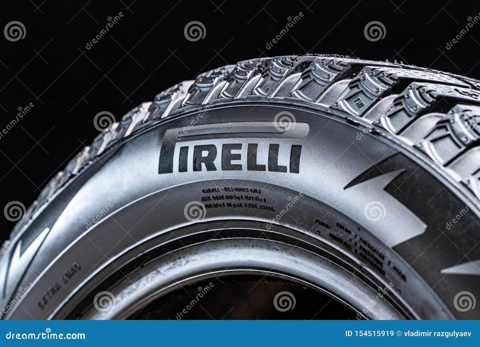 Krasnoyarsk, Rusia, el 28 de julio de 2019: Logotipo en el lado del neumático, primer, fondo negro de Pirelli
