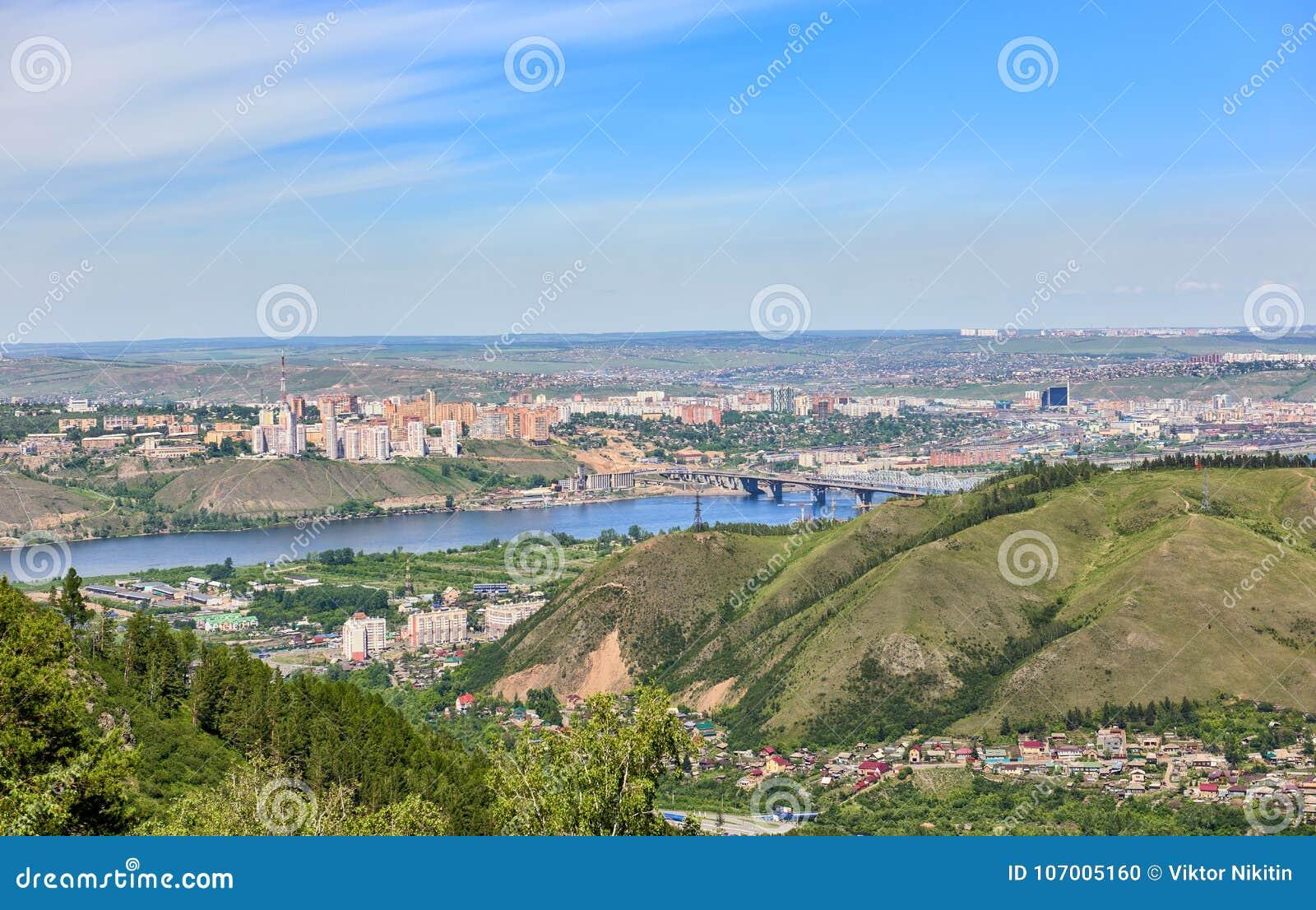 Krasnoyarskstad Mening van heuvel