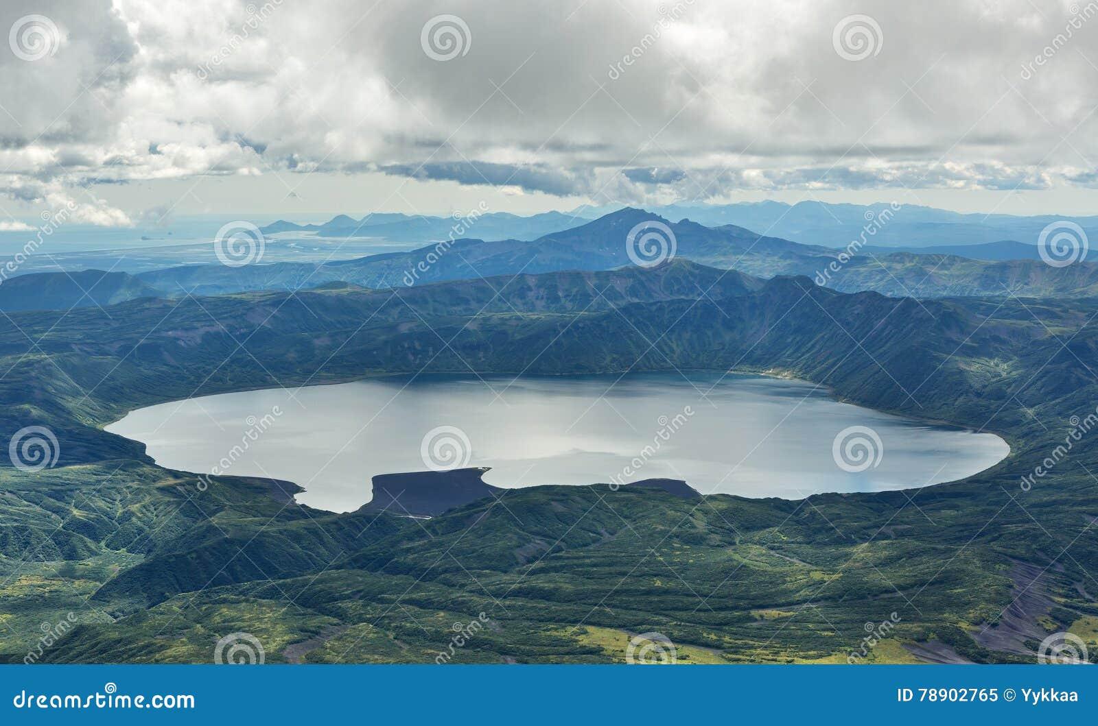 KraterKarymsky sjö Kronotsky naturreserv på den Kamchatka halvön